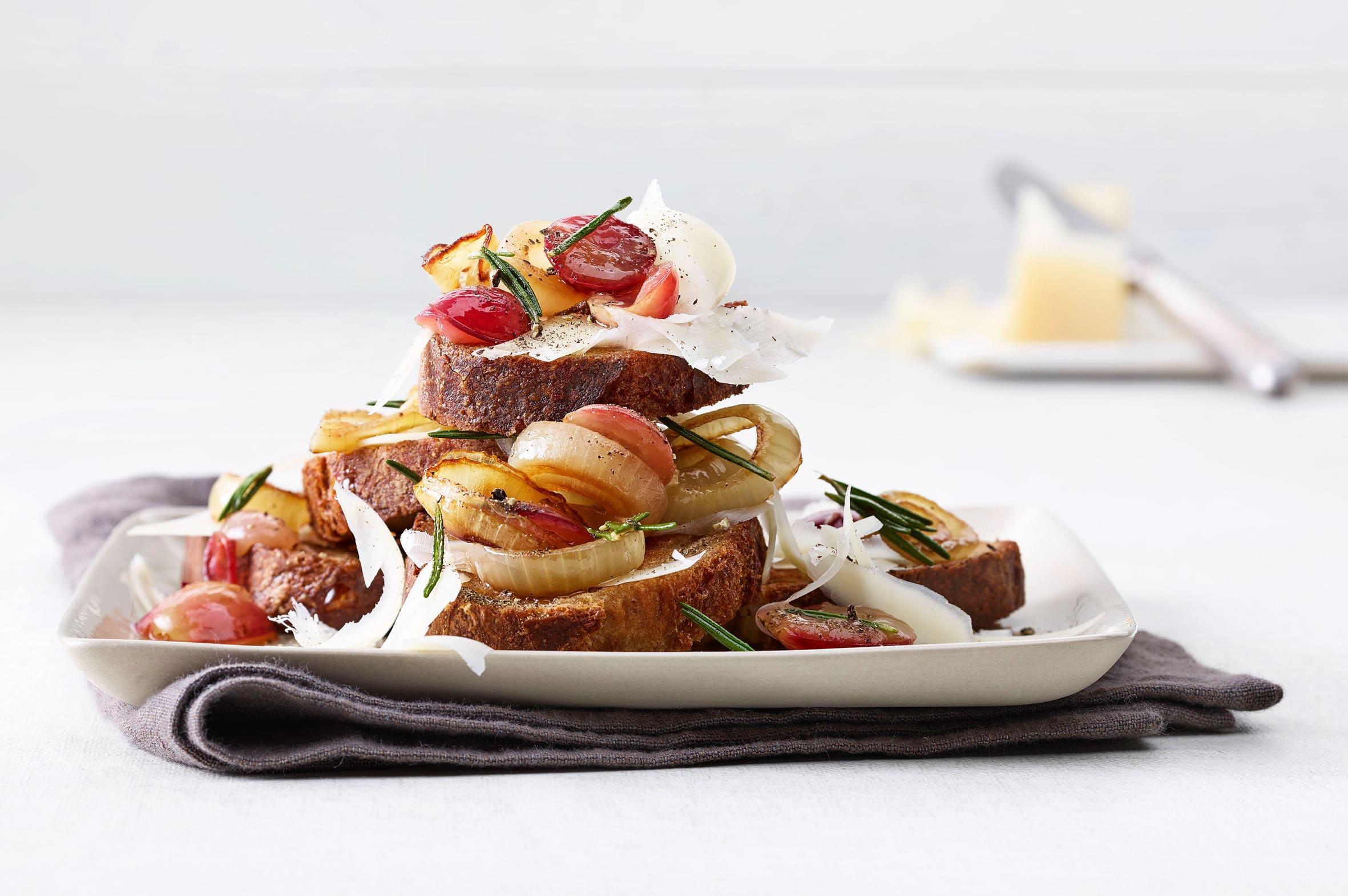 Crostini mit Gruyère und Trauben