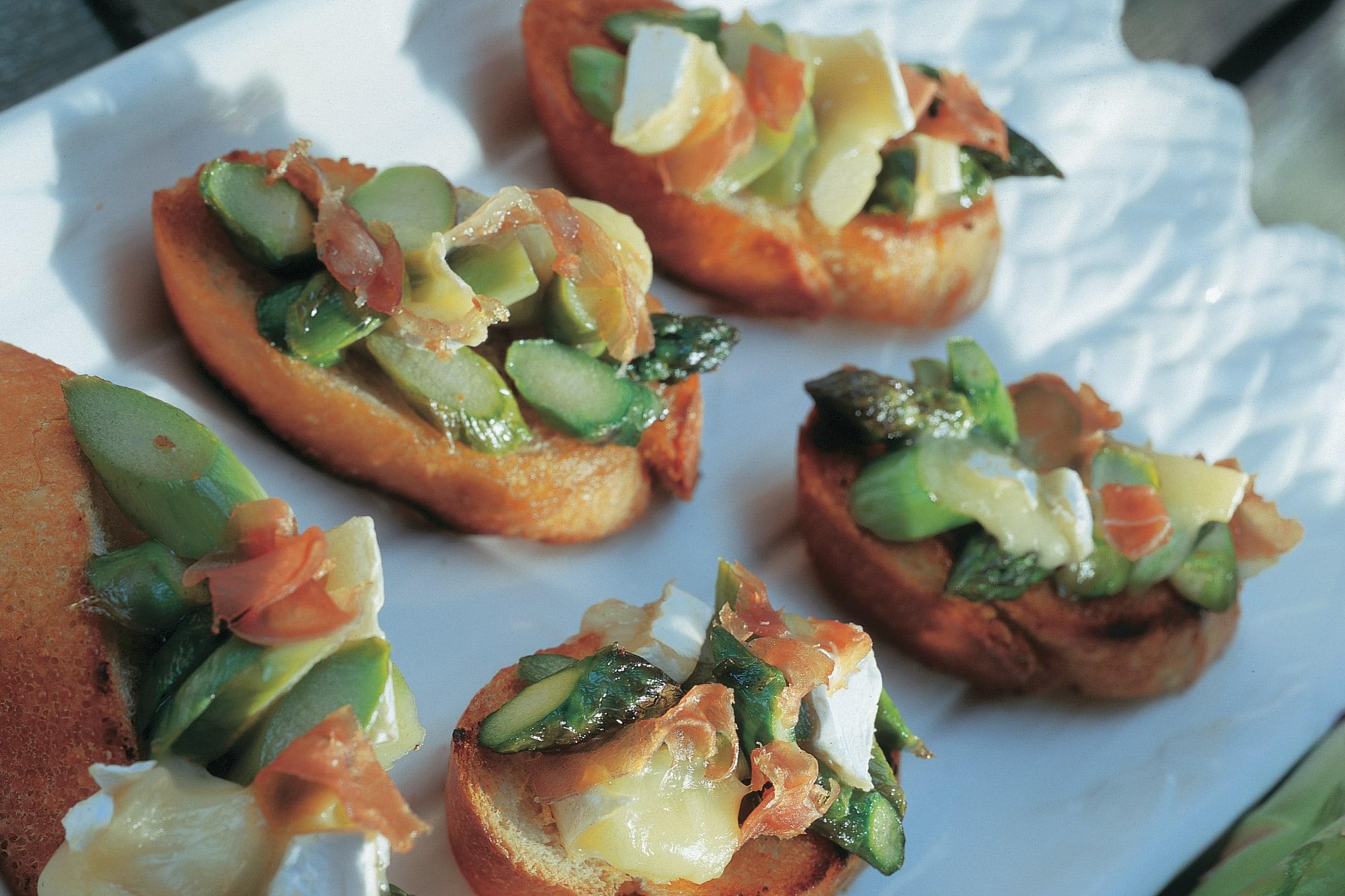 Crostini aux asperges, au camembert et au jambon