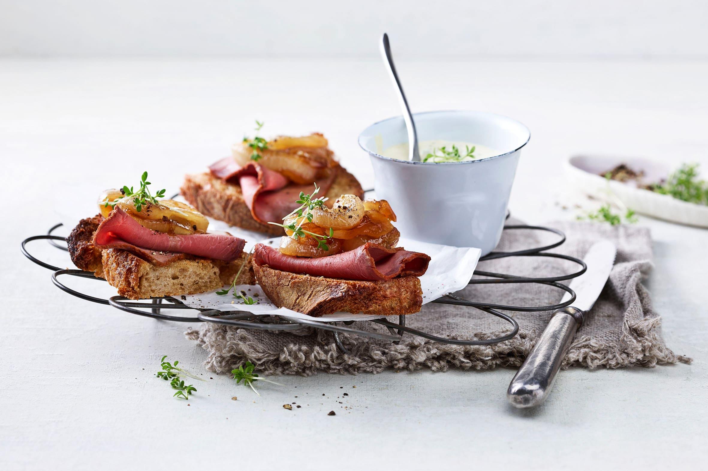 Crostini mit Zwiebelrelish und Roastbeef