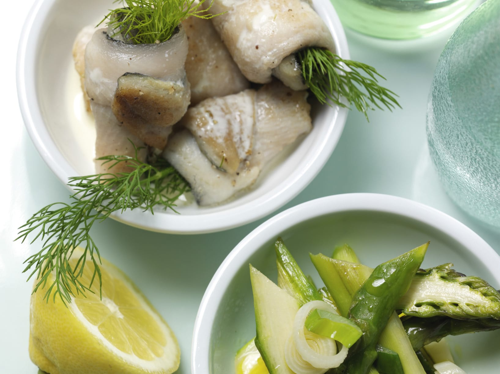 Rouleaux de poisson à l'aneth sur lit d'asperges