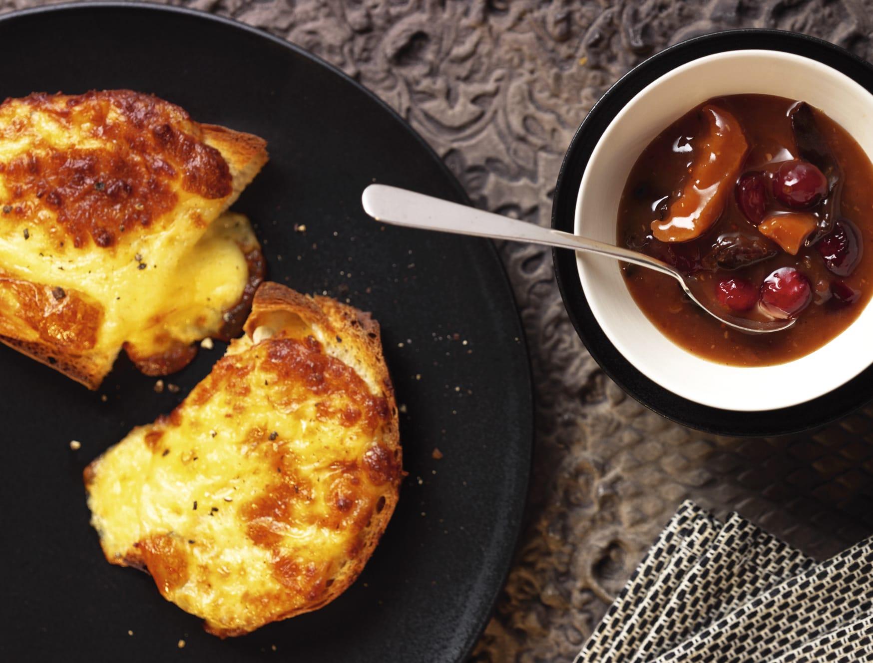 Sauce aux fruits séchés et croûtes au fromage