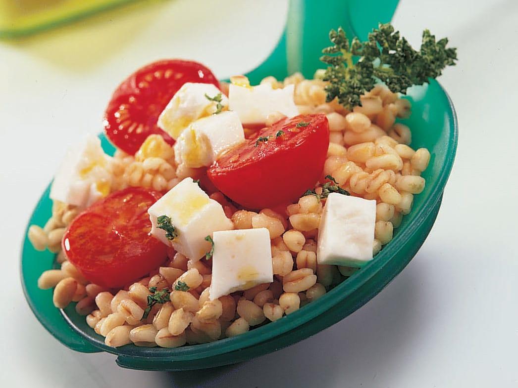 Salade de blé dur aux tomates caramélisées et au fromage frais (type féta)