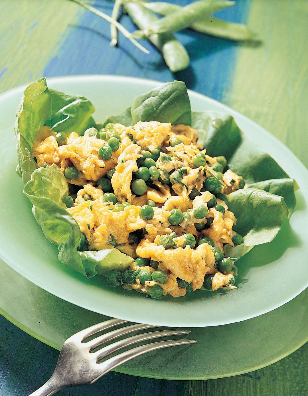 Oeufs brouillés aux petits pois sur lit de salade