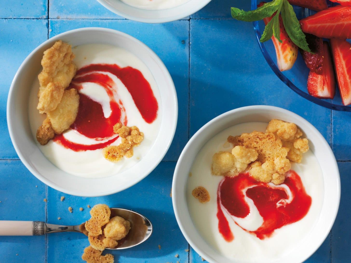 Erdbeercrème mit Joghurt und Streuseln