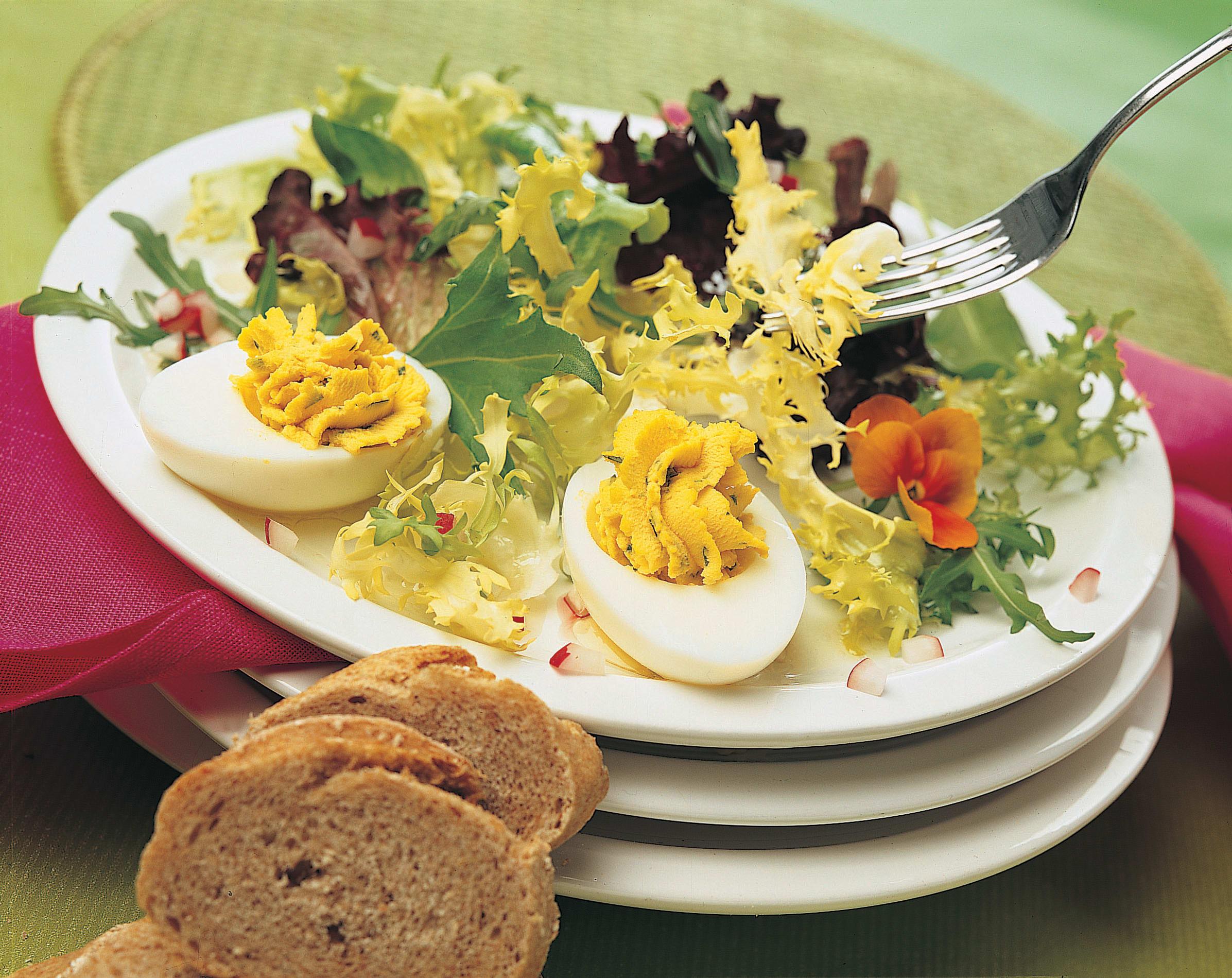 Oeufs mimosa à l'estragon sur lit de salade