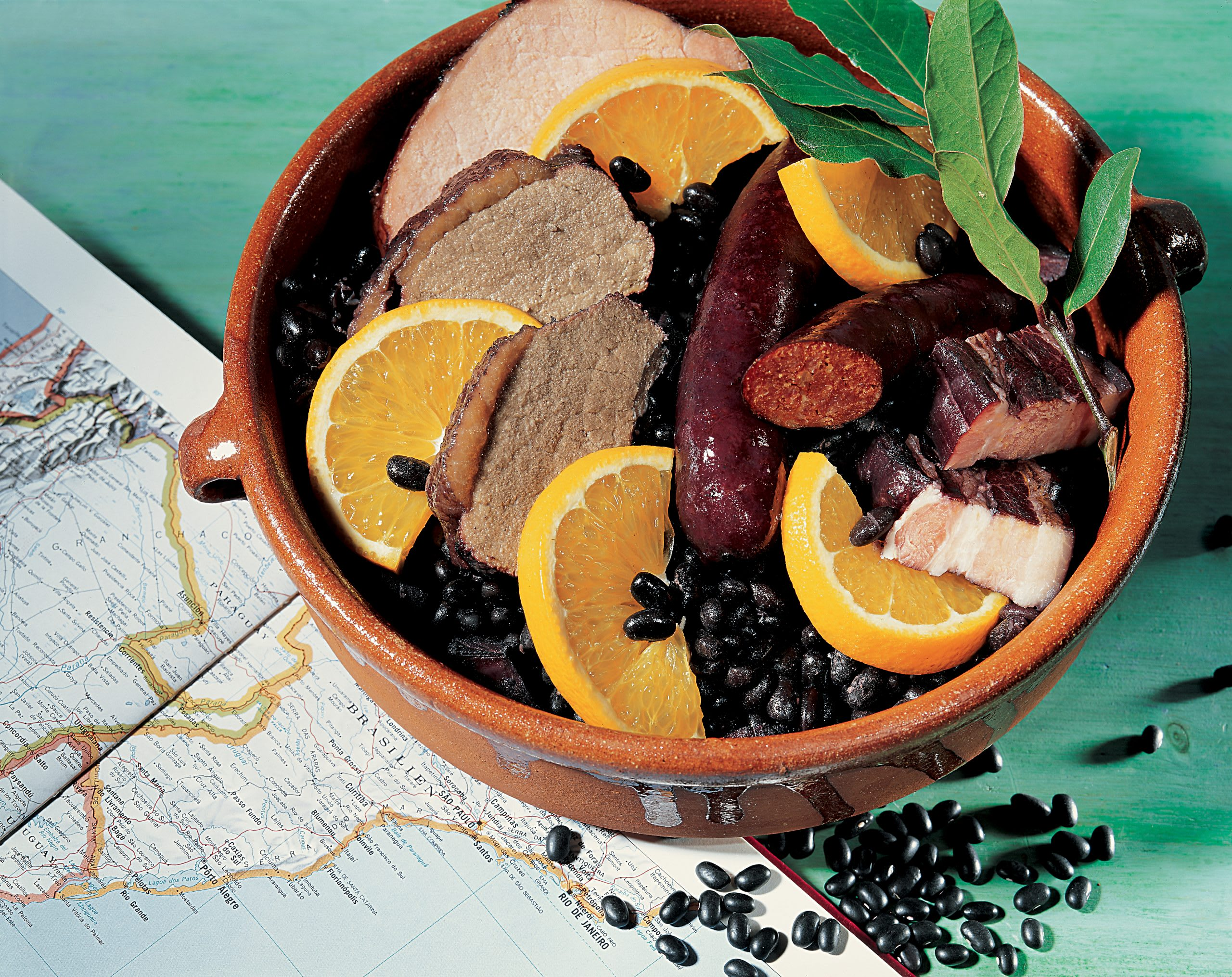 Feijoada completa (Schwarze-Bohnen-Fleisch-Eintopf)