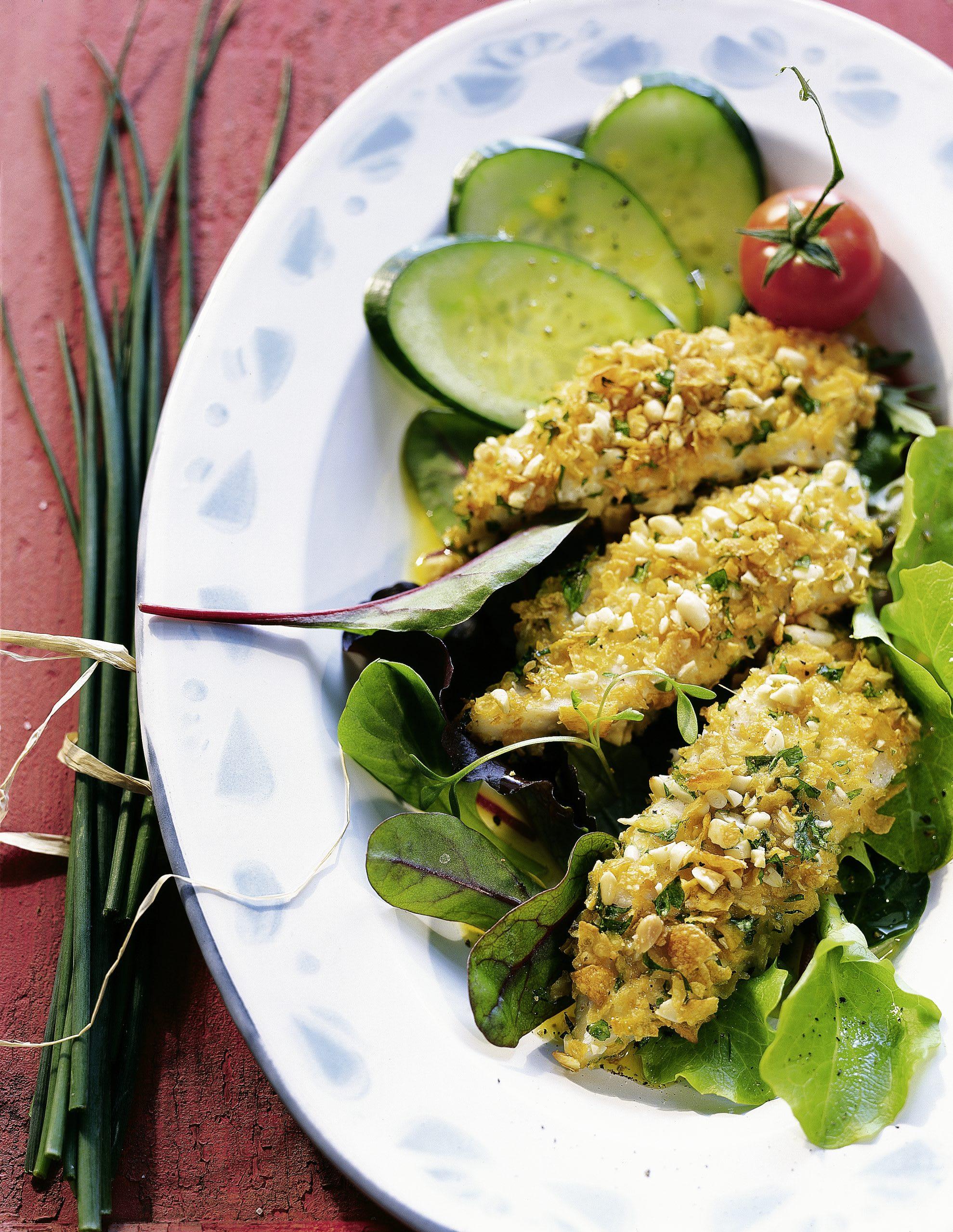 Fisch-Sticks auf buntem Sommersalat