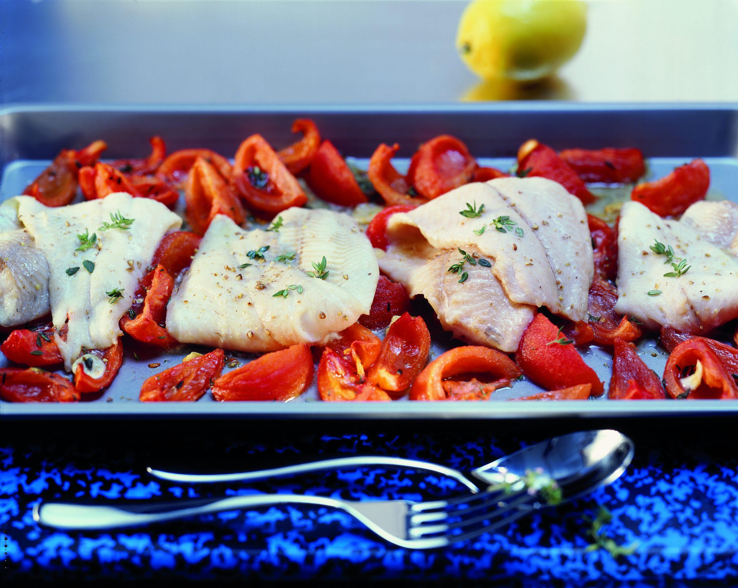 Filets de poisson sur lit de tomates fondantes
