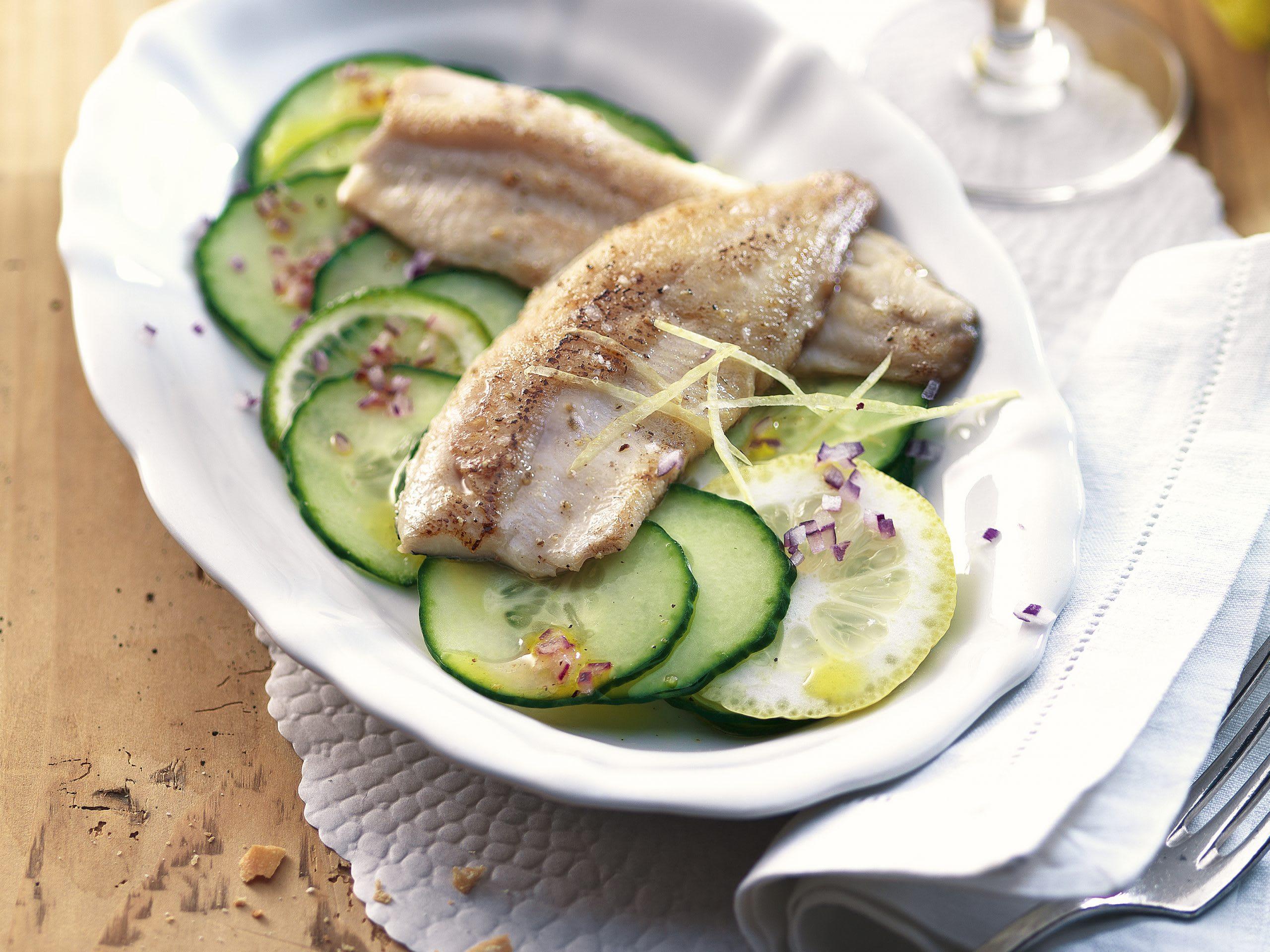 Fischfilets auf Gurkensalat