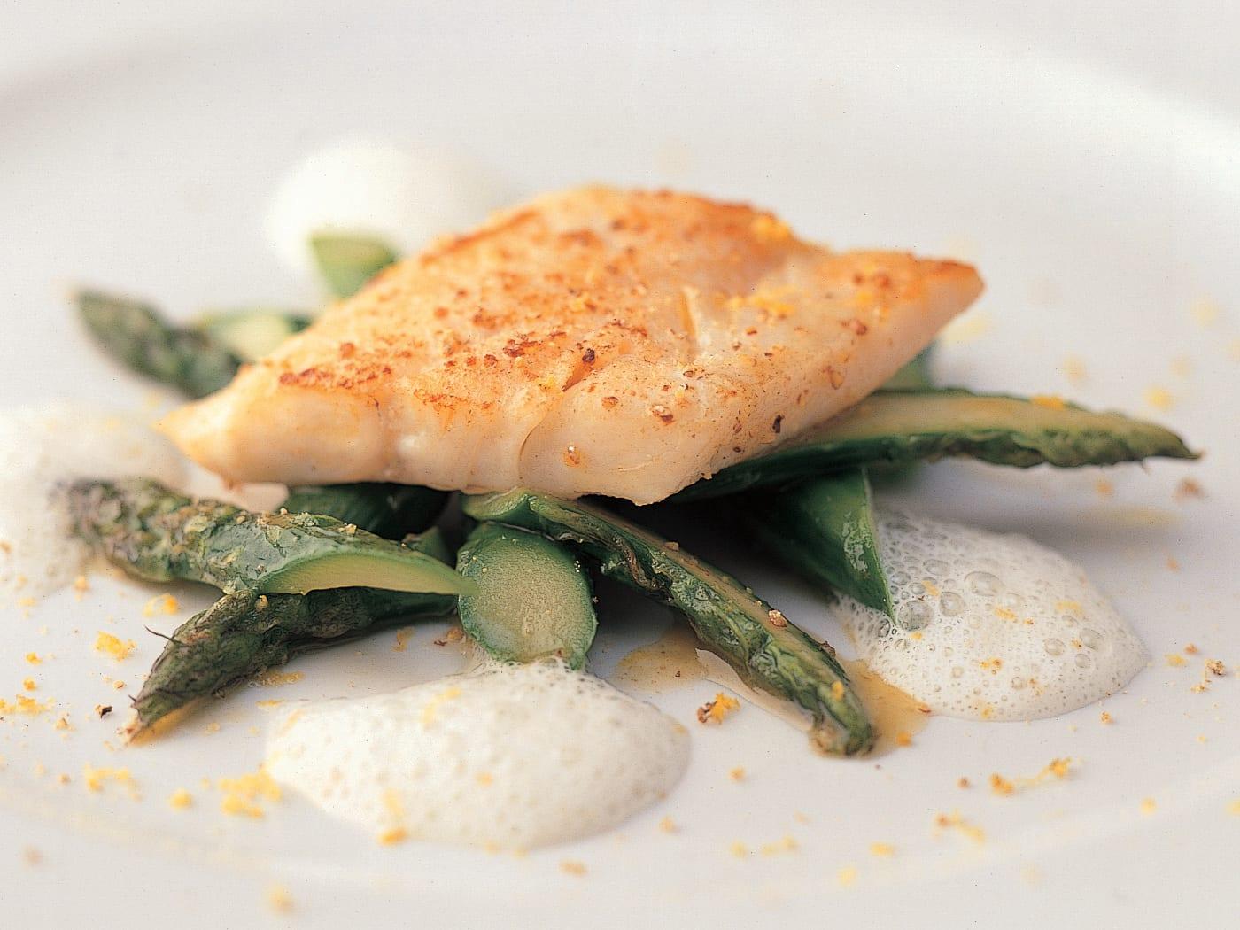 Fischfilets mit Spargeln und Zitronensauce