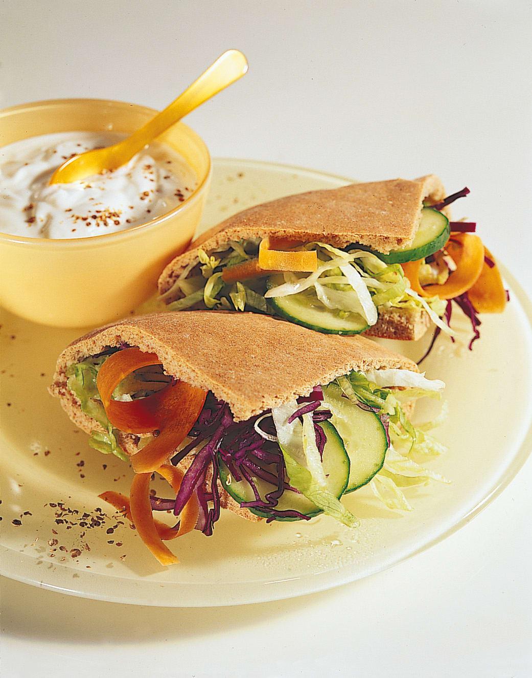 Pain pita aux légumes, yogourt à la coriandre