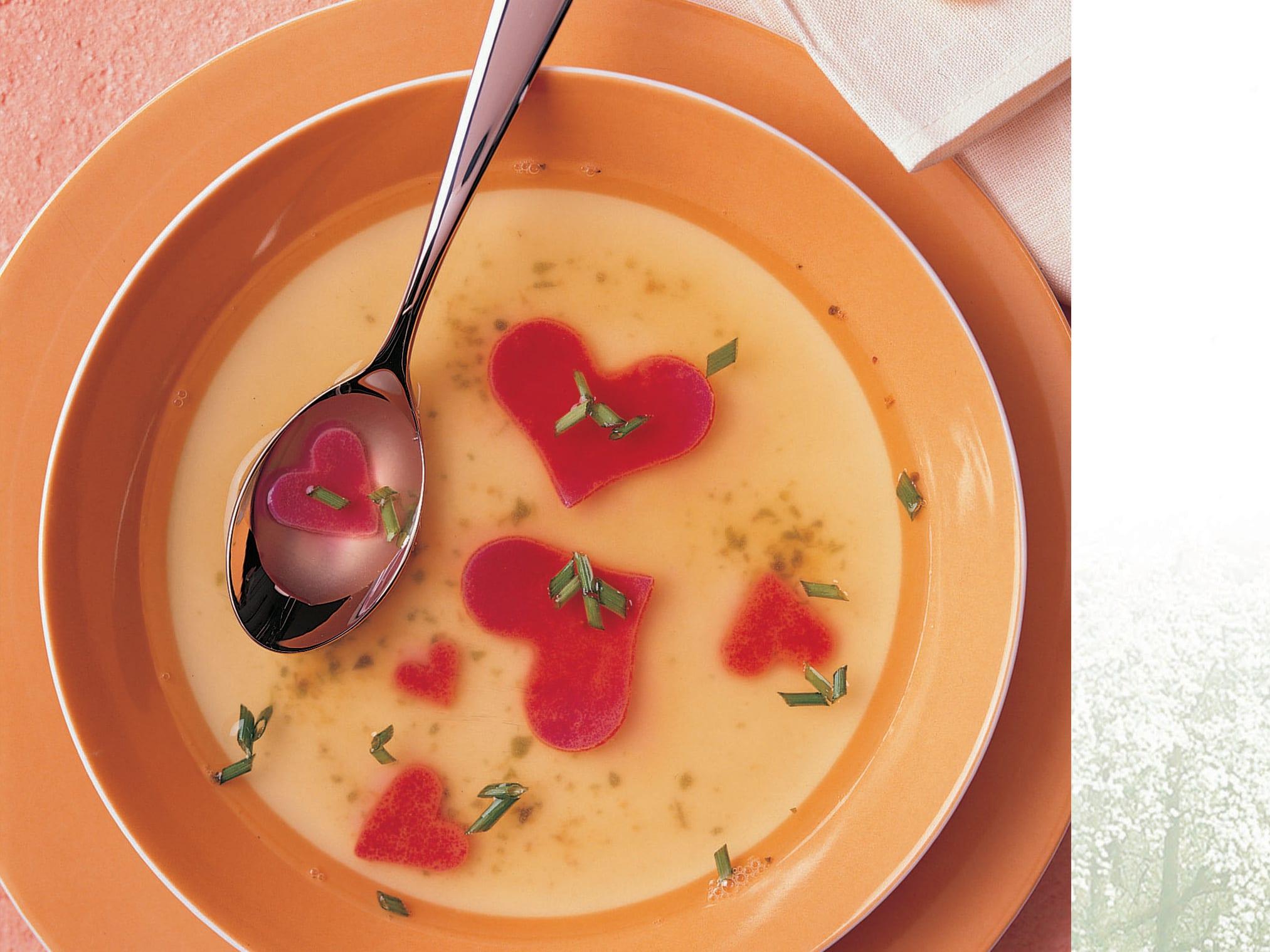 Flädli-Suppe mit roten Herzen