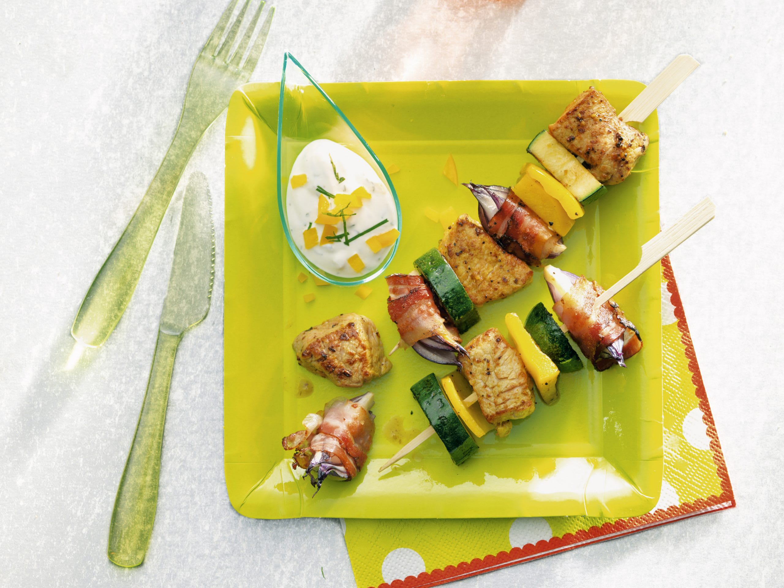 Brochettes de viande et de légumes au barbecue