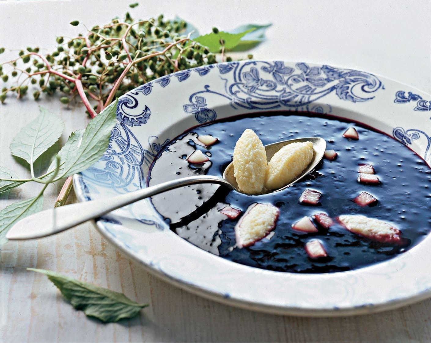 Fliederbeersuppe mit Brandteigklösschen