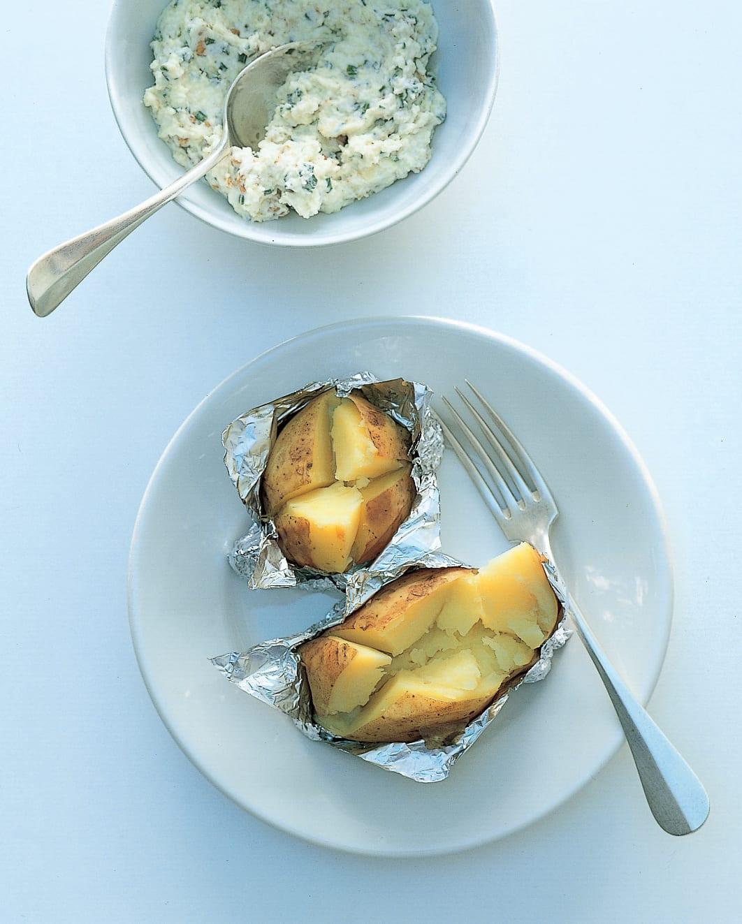 Folienkartoffeln mit Emmentaler-Nuss-Quark