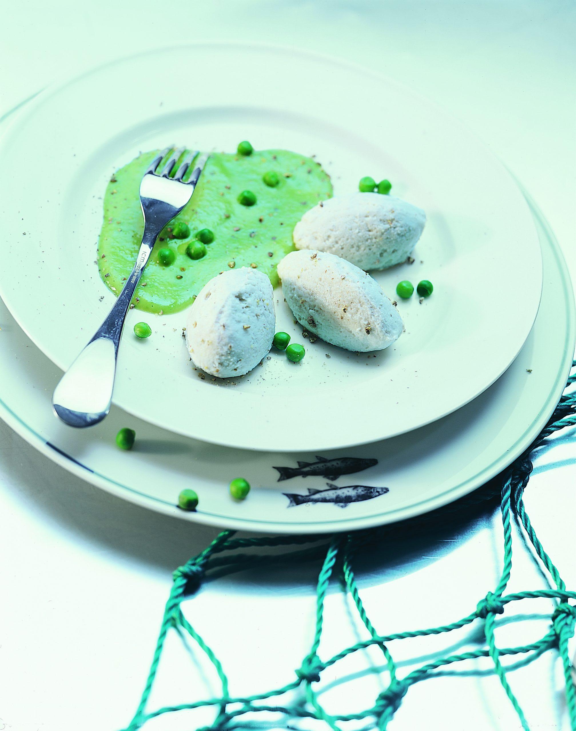 Forellen-Quenelles auf Erbsensauce