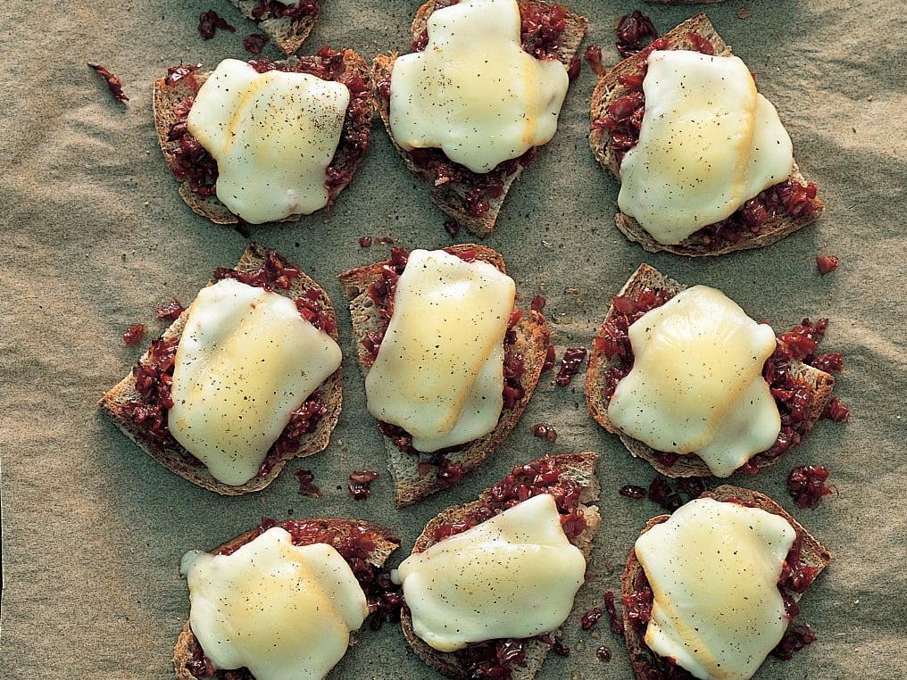 Toasts de vacherin fribourgeois aux tomates