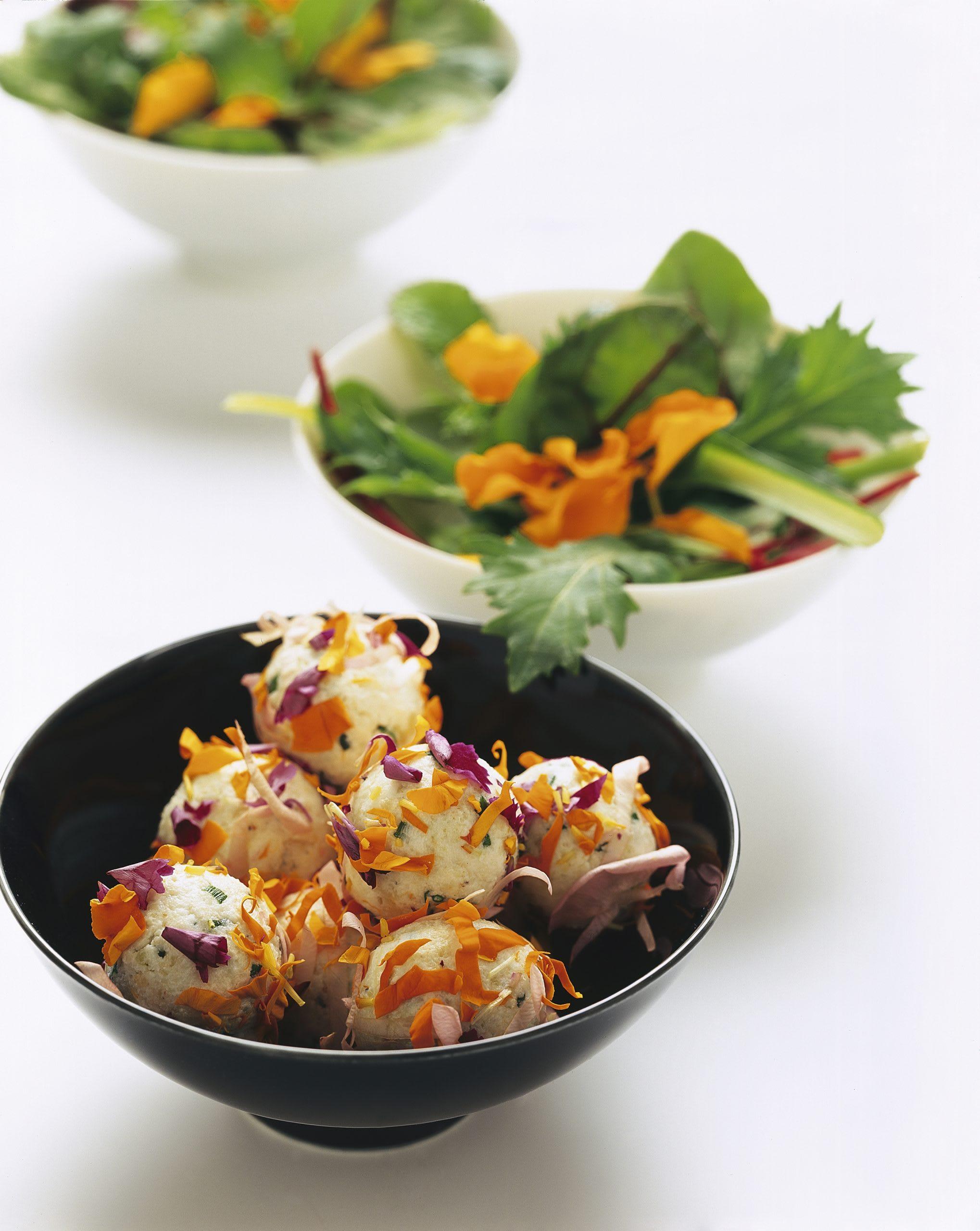 Frischkäse-Pralinen mit Salat