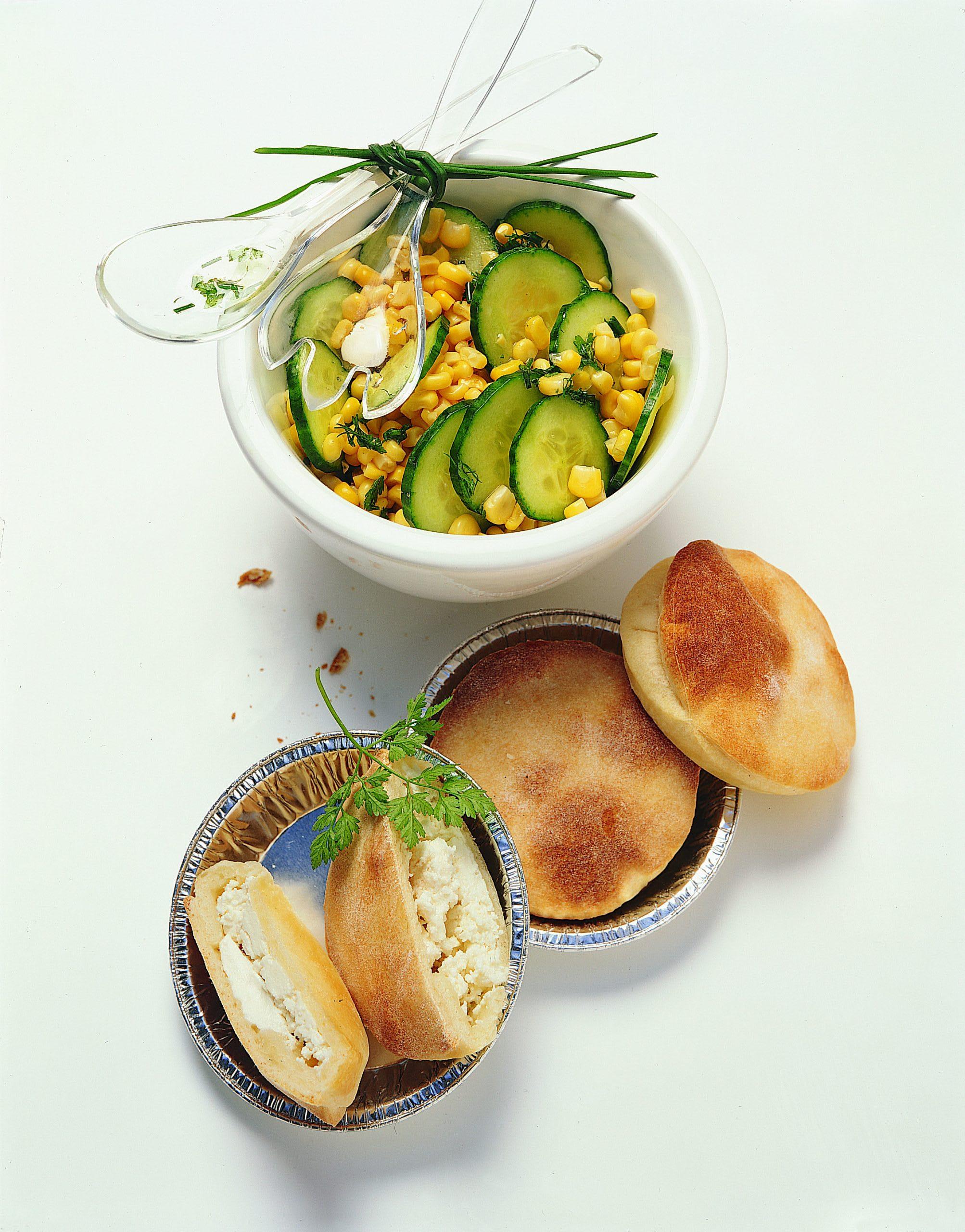 Tartelettes au fromage frais salade concombre et maïs