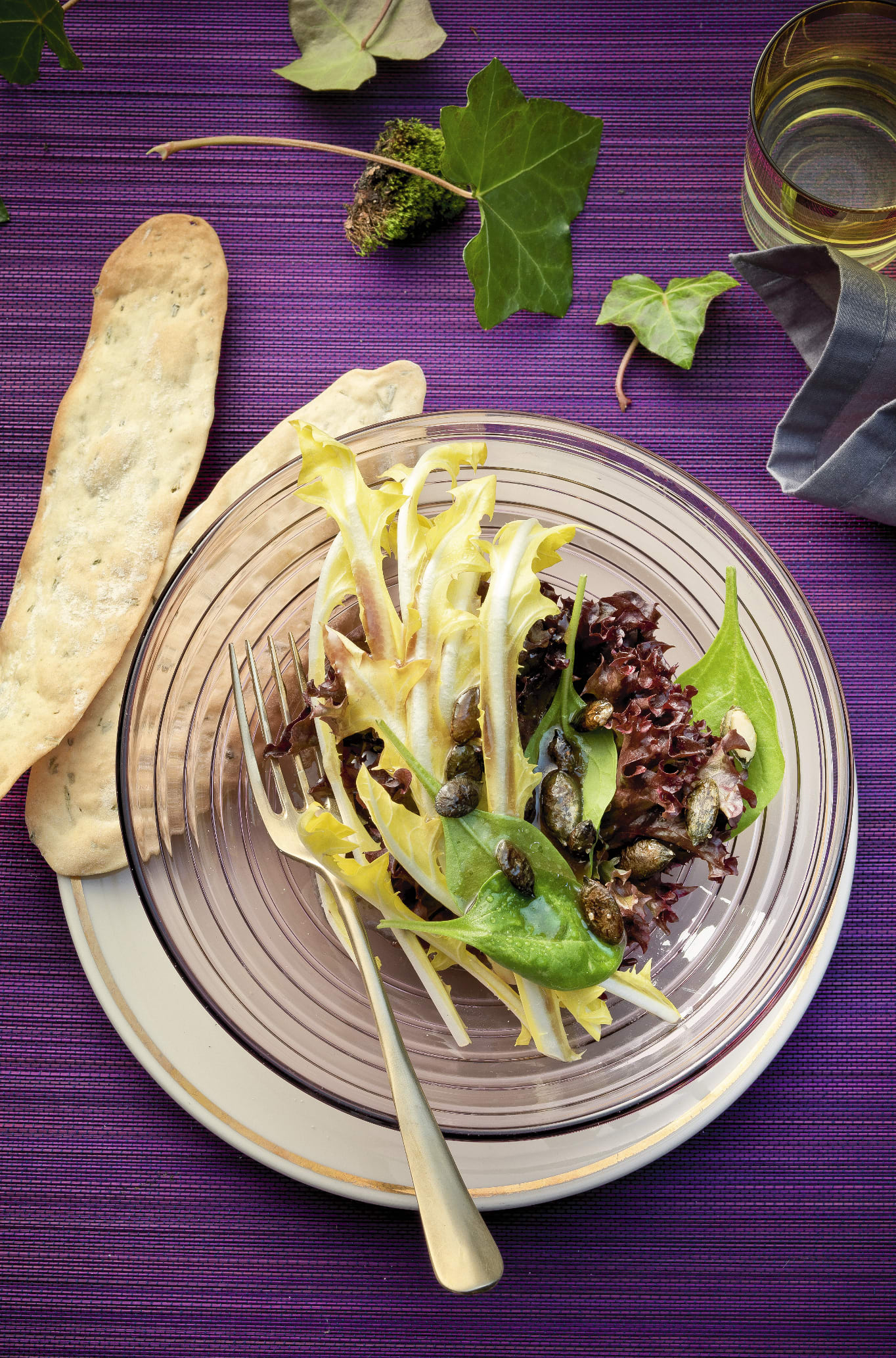 Salade printanière aux graines de courge caramélisées et aux langues au romarin