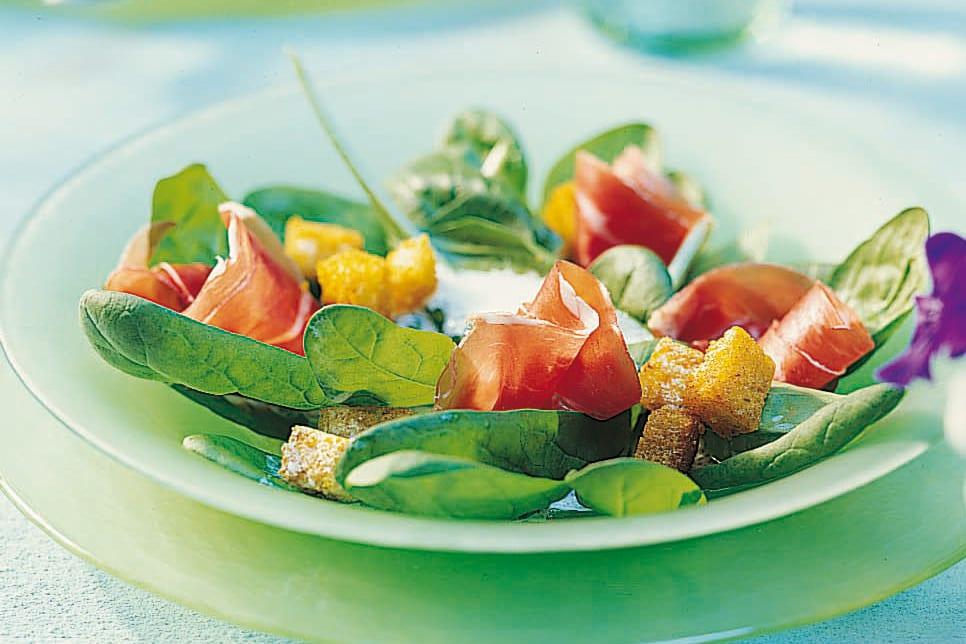 Garnierter Spinatsalat