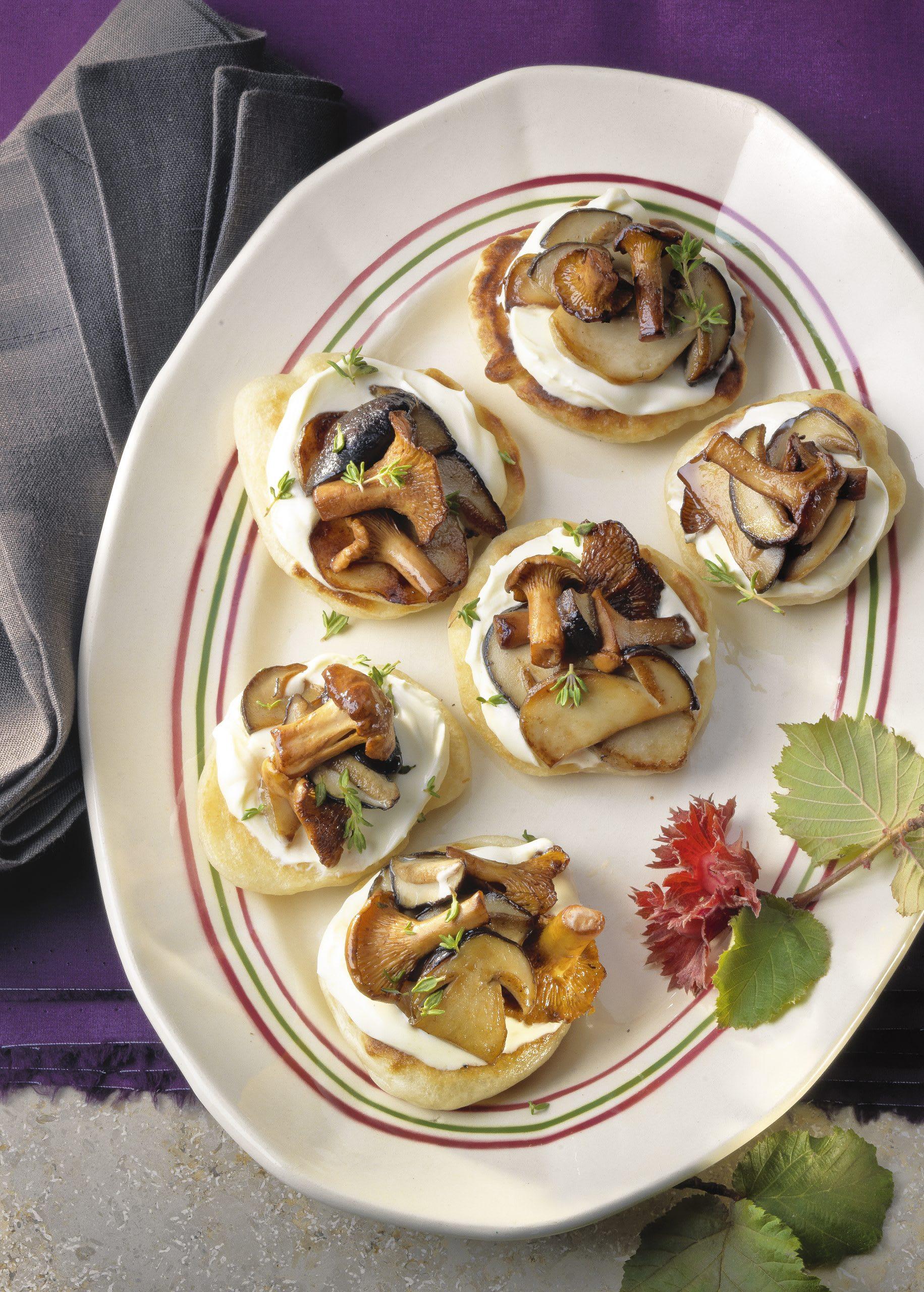 Gebratene Pilze auf Blinis