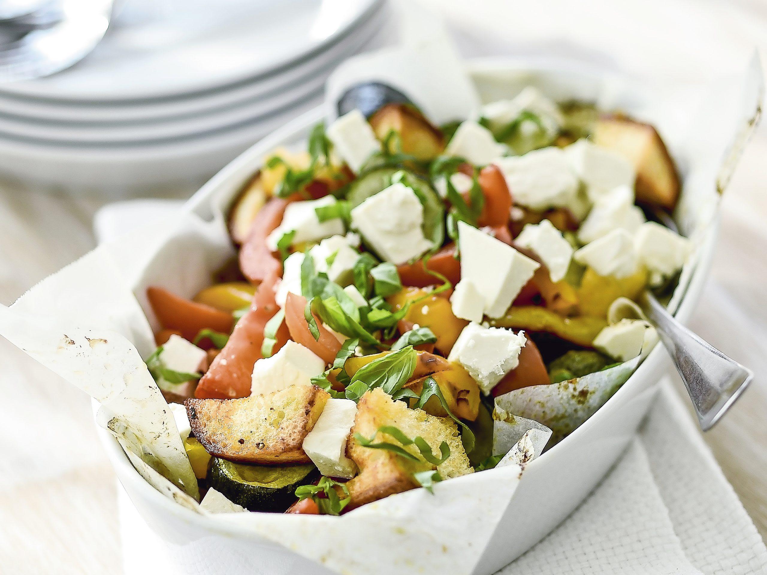 Salade de légumes et de pain grillés