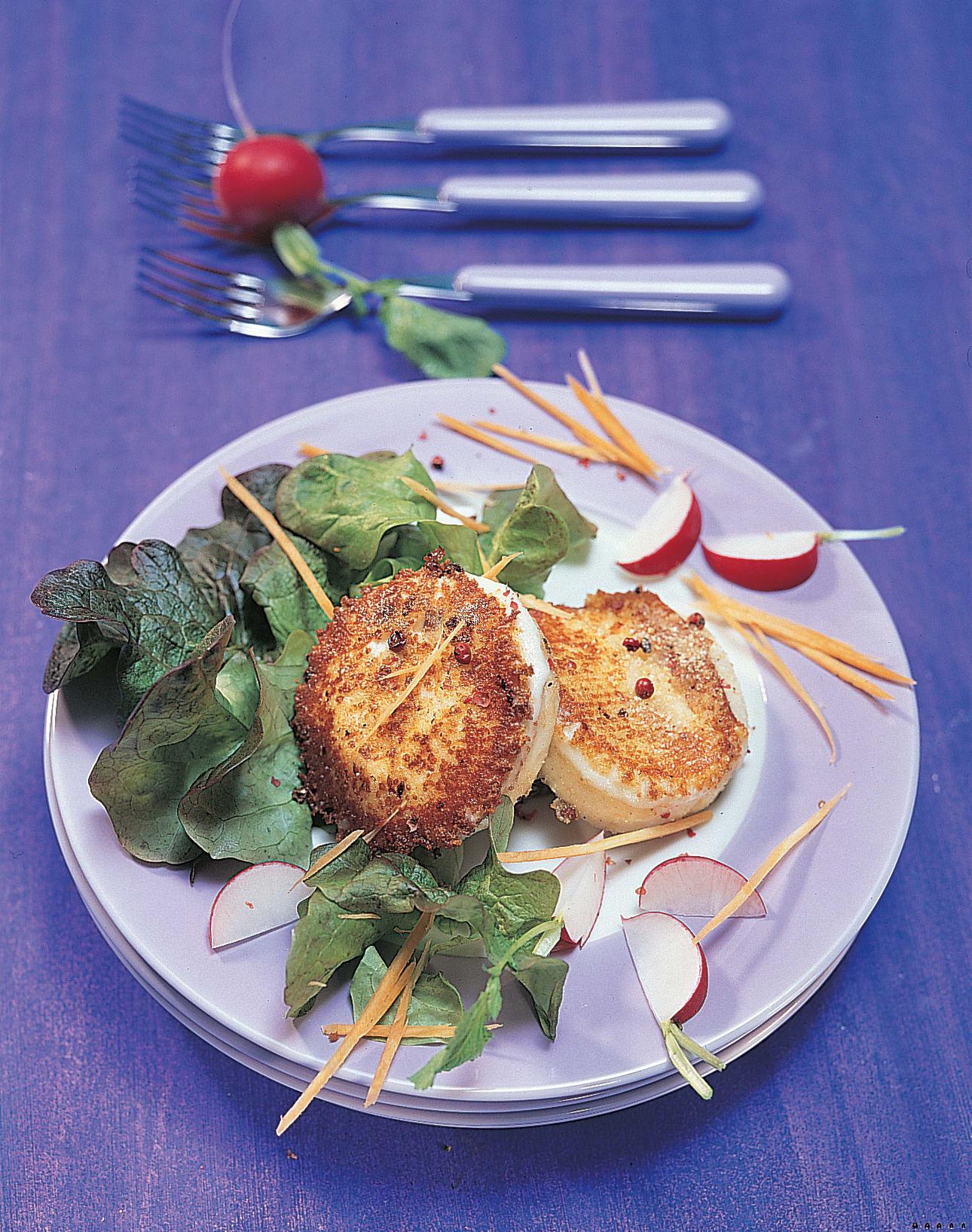 Gebratener Pfefferkäse auf Salat