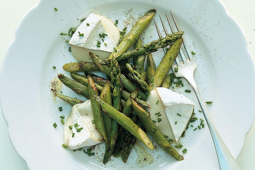 Salade d'asperge rôtie au fromage de chèvre chaud