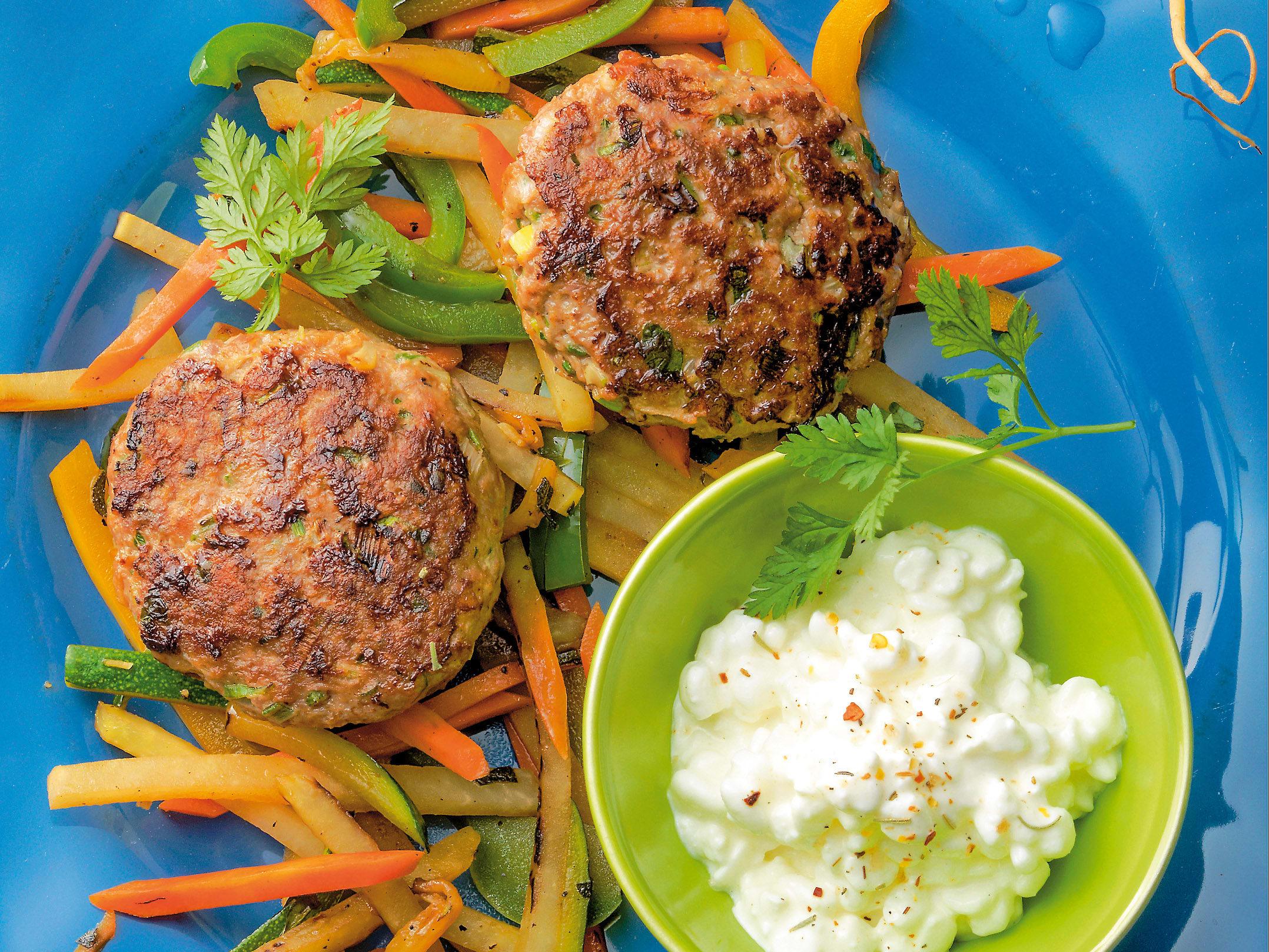 Légumes sautés et galettes de viande hachée