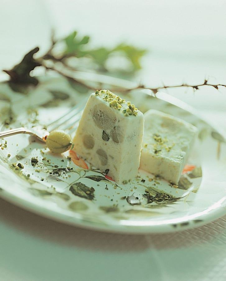 Gefrorene Stachelbeer-Mousse mit Pistazien