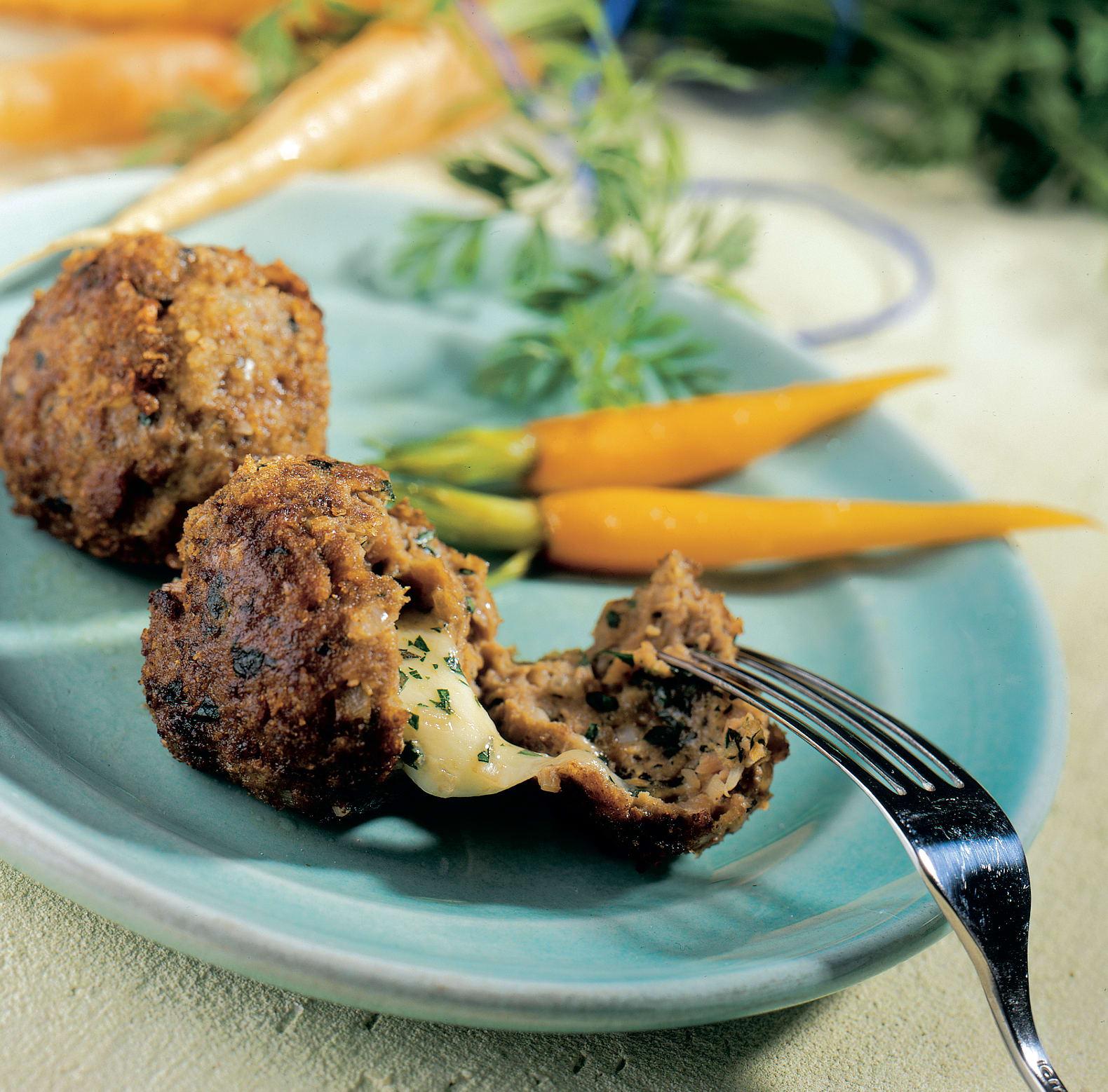 Boulettes farcies accompagnées de carottes printanières
