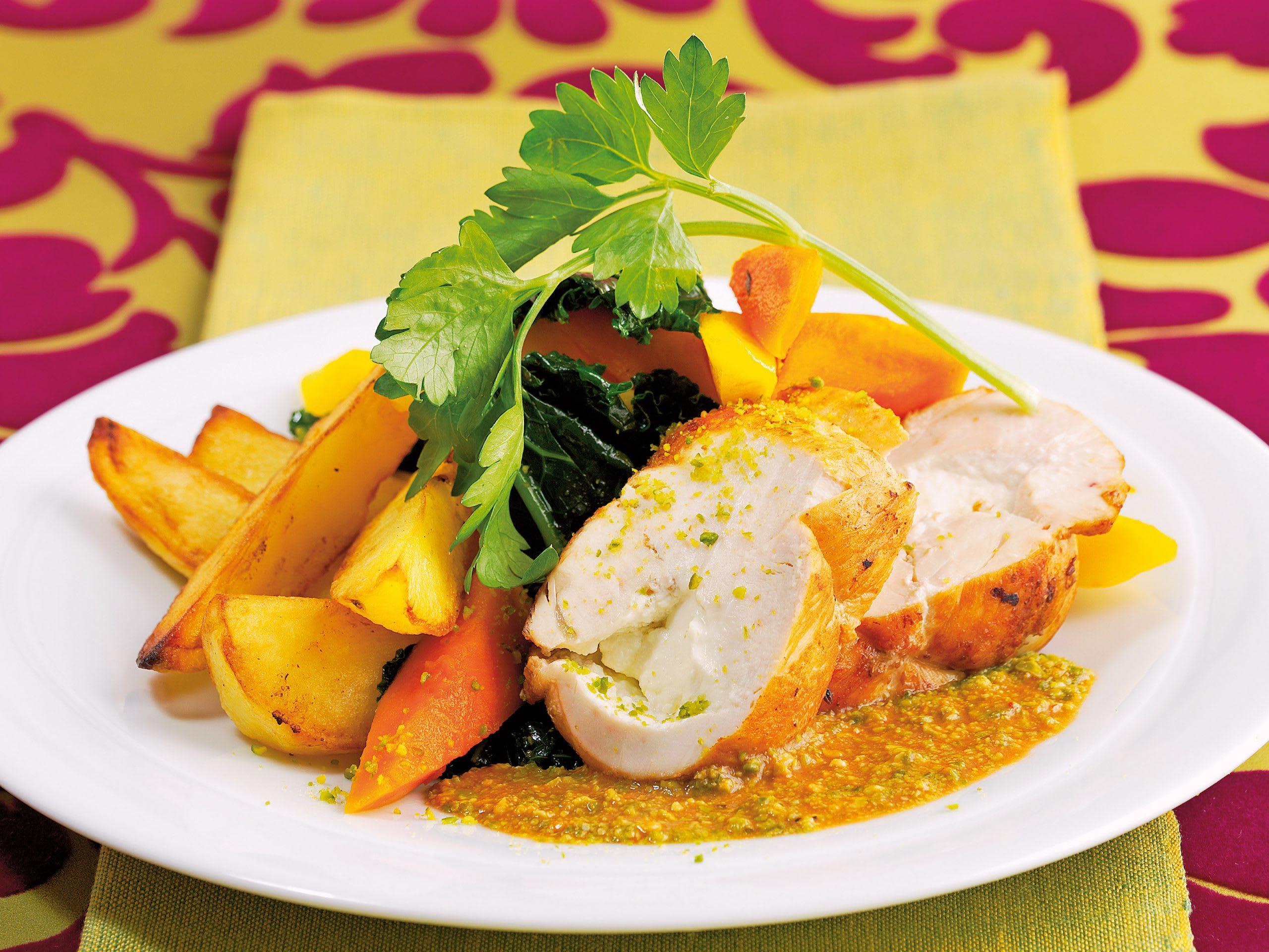 Blanc de poulet farci, légumes et sauce aux pistaches