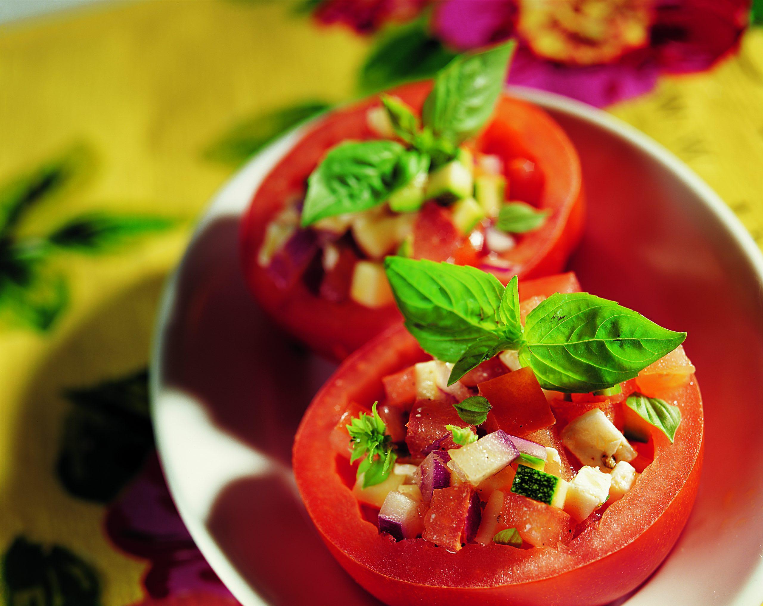Gefüllte Tomaten mit Zucchetti und Mozzarella