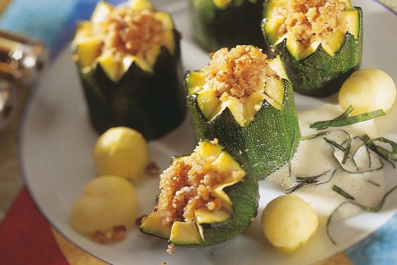 Gefüllte Zucchini mit Basilikum-Rahmsauce