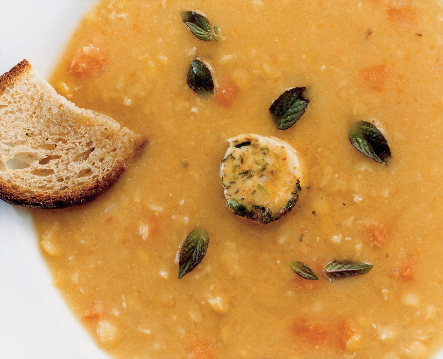 Gelberbssuppe mit Gewürzkräuterbutter