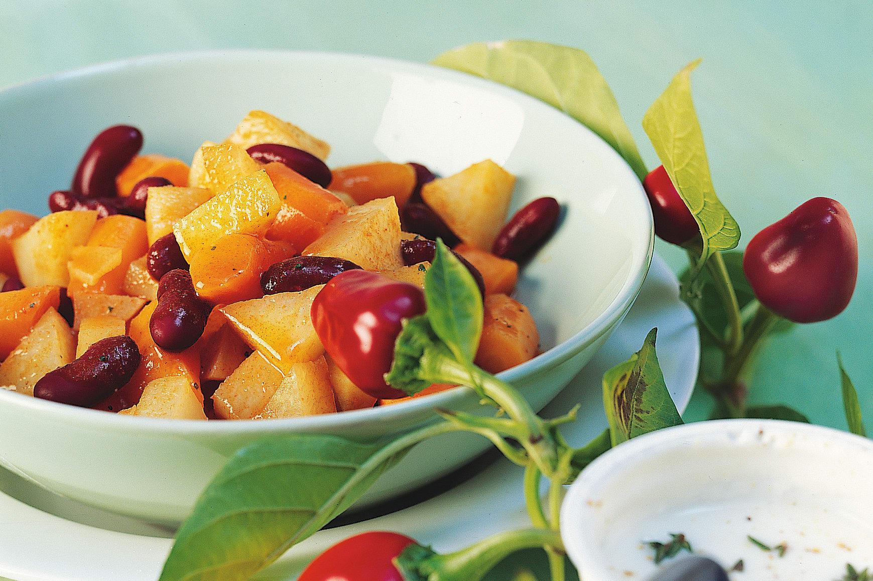 Gemüse-Bohnen-Chili mit Fladenbrot und Joghurtsauce