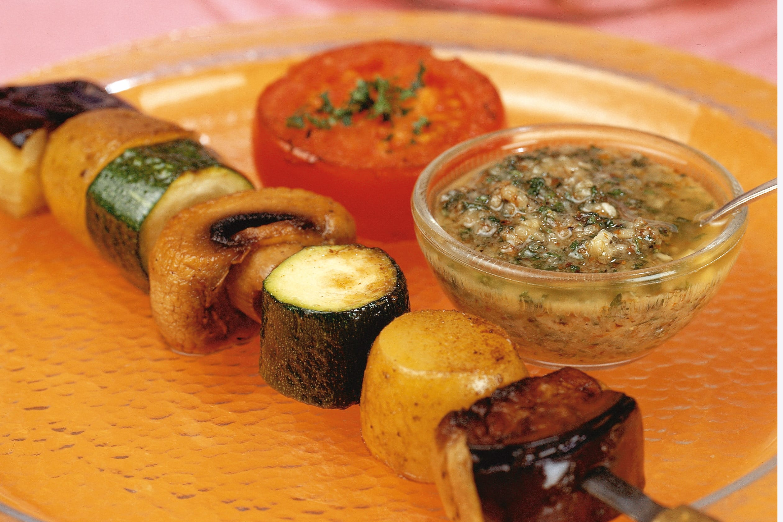 Gemüsespiesse vom Grill mit Salsa verde