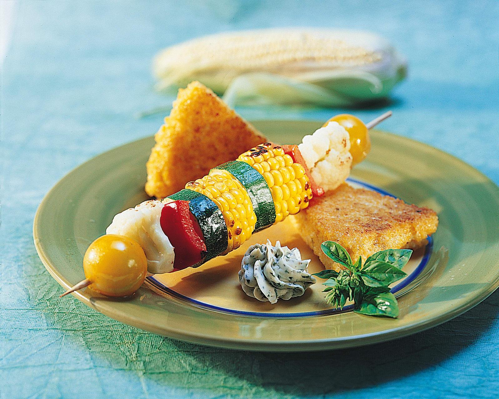 Brochettes de légumes sur tranches  de polenta grillée