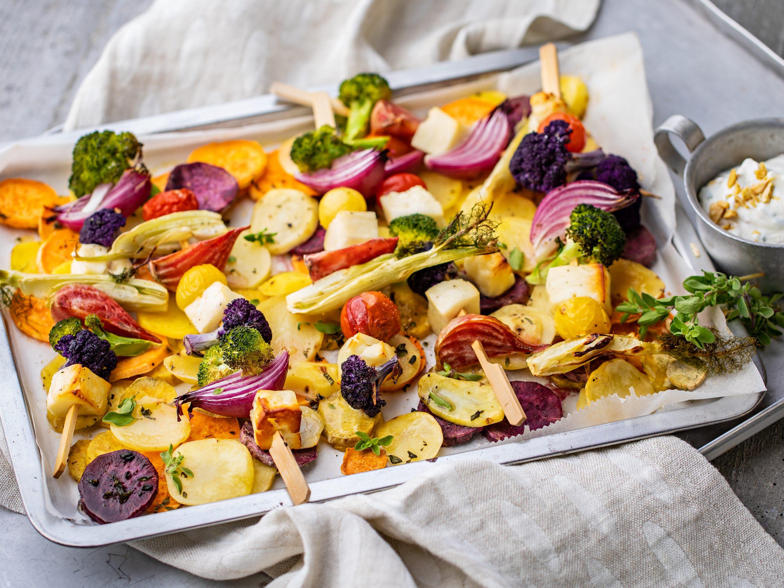 Gemüsespiessli mit Grillkäse und Kartoffeln aus dem Ofen