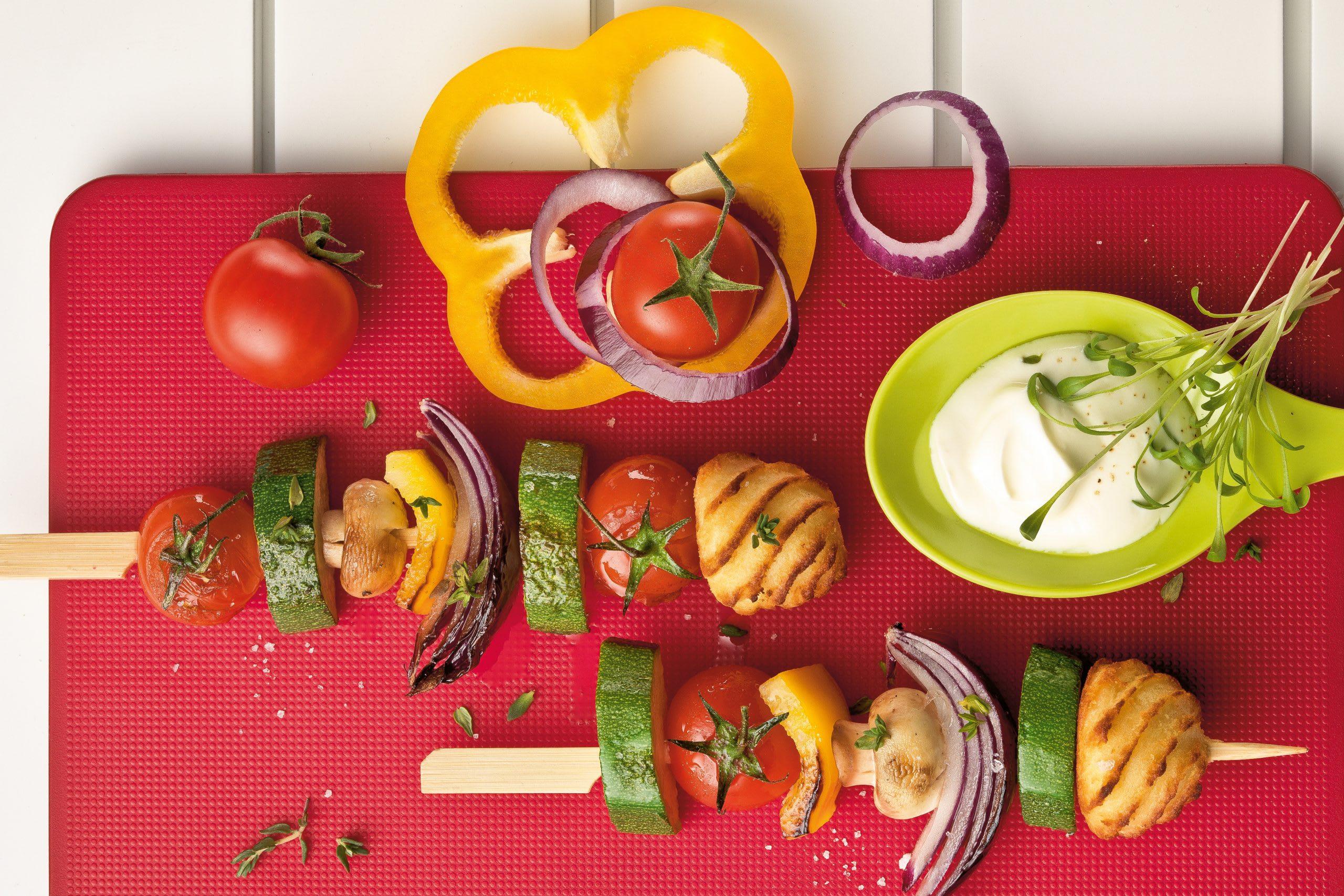 Gemüsespiessli mit Zwiebel-Joghurt-Sauce