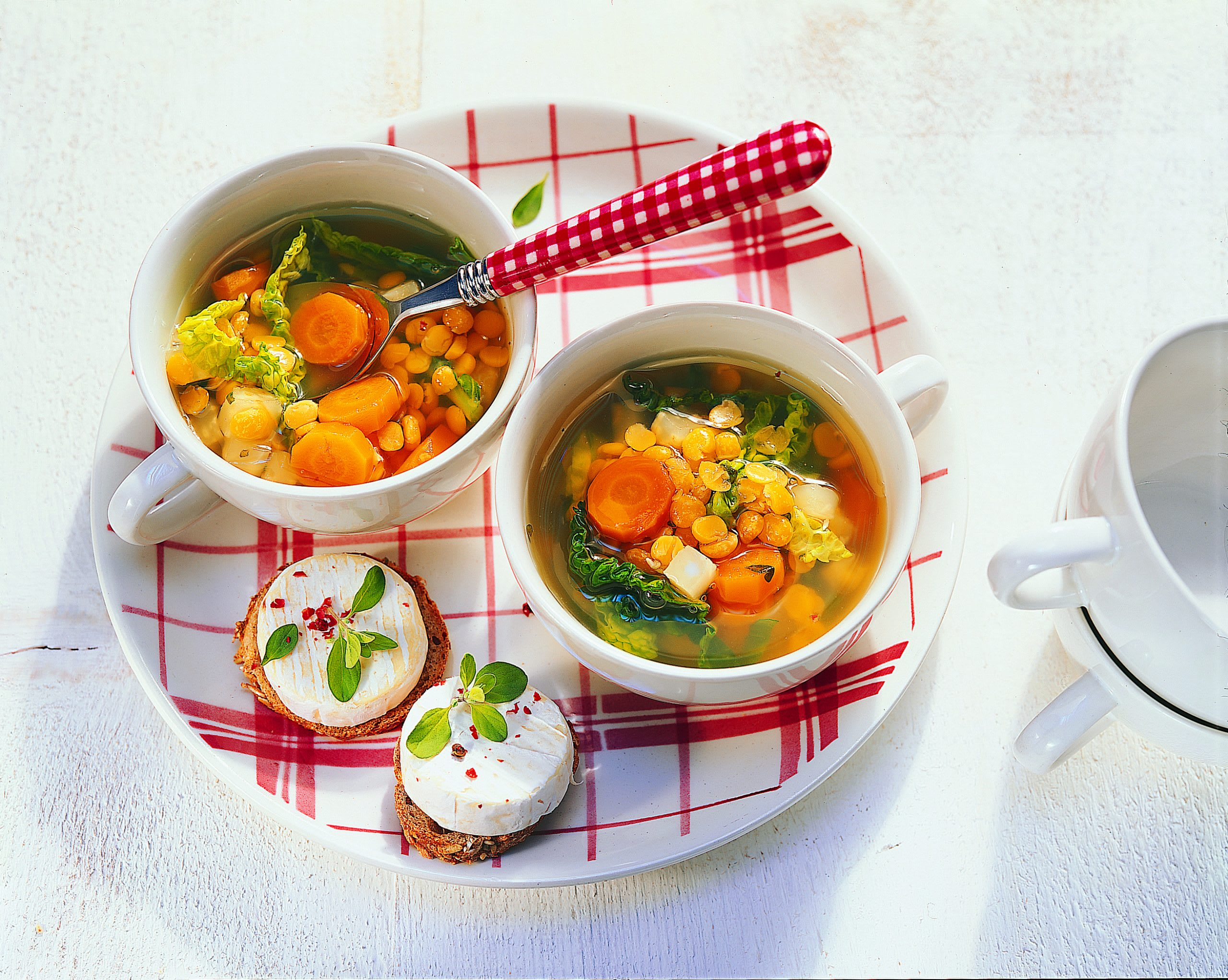 Gemüsesuppe mit gelben Erbsen und Mini-Käsebrötchen