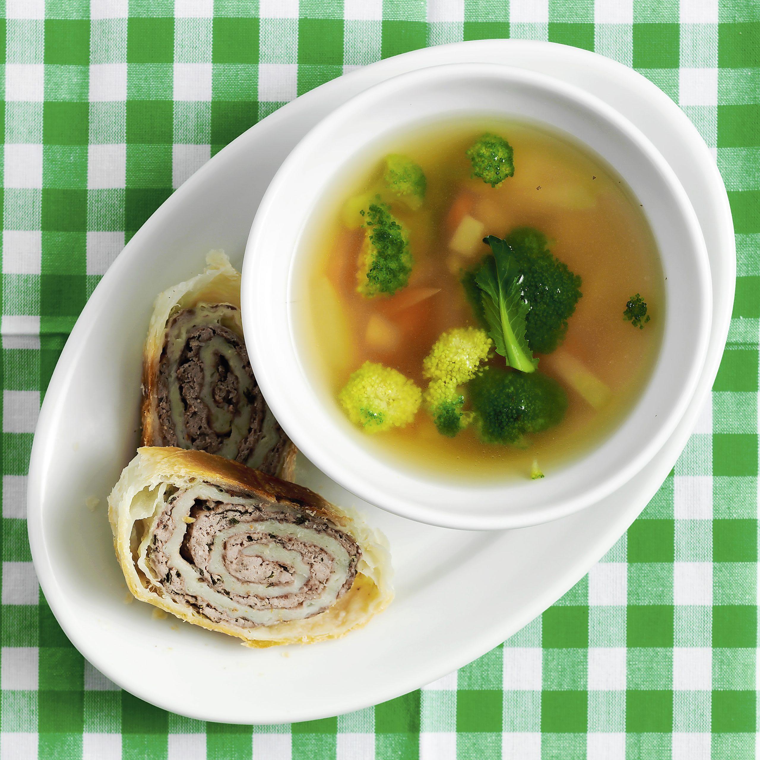 Gemüsesuppe mit Hackfleischstrudel