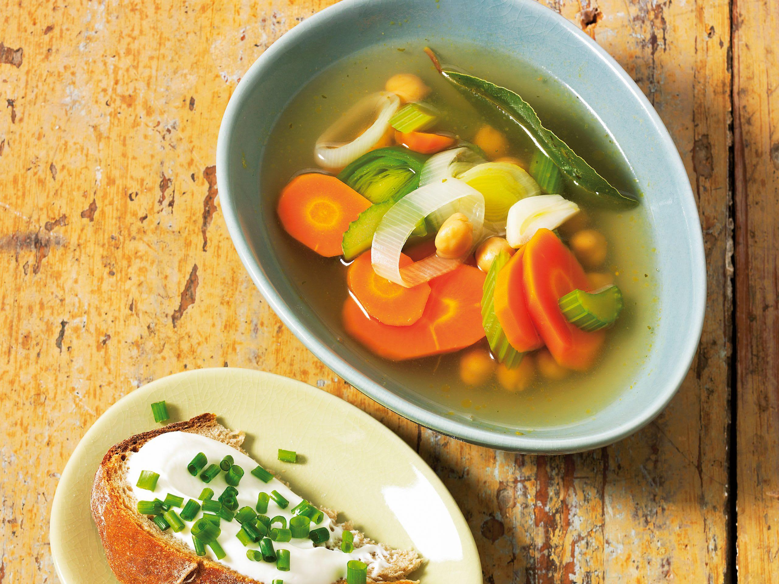 Gemüsesuppe mit Kräuterquark-Broten