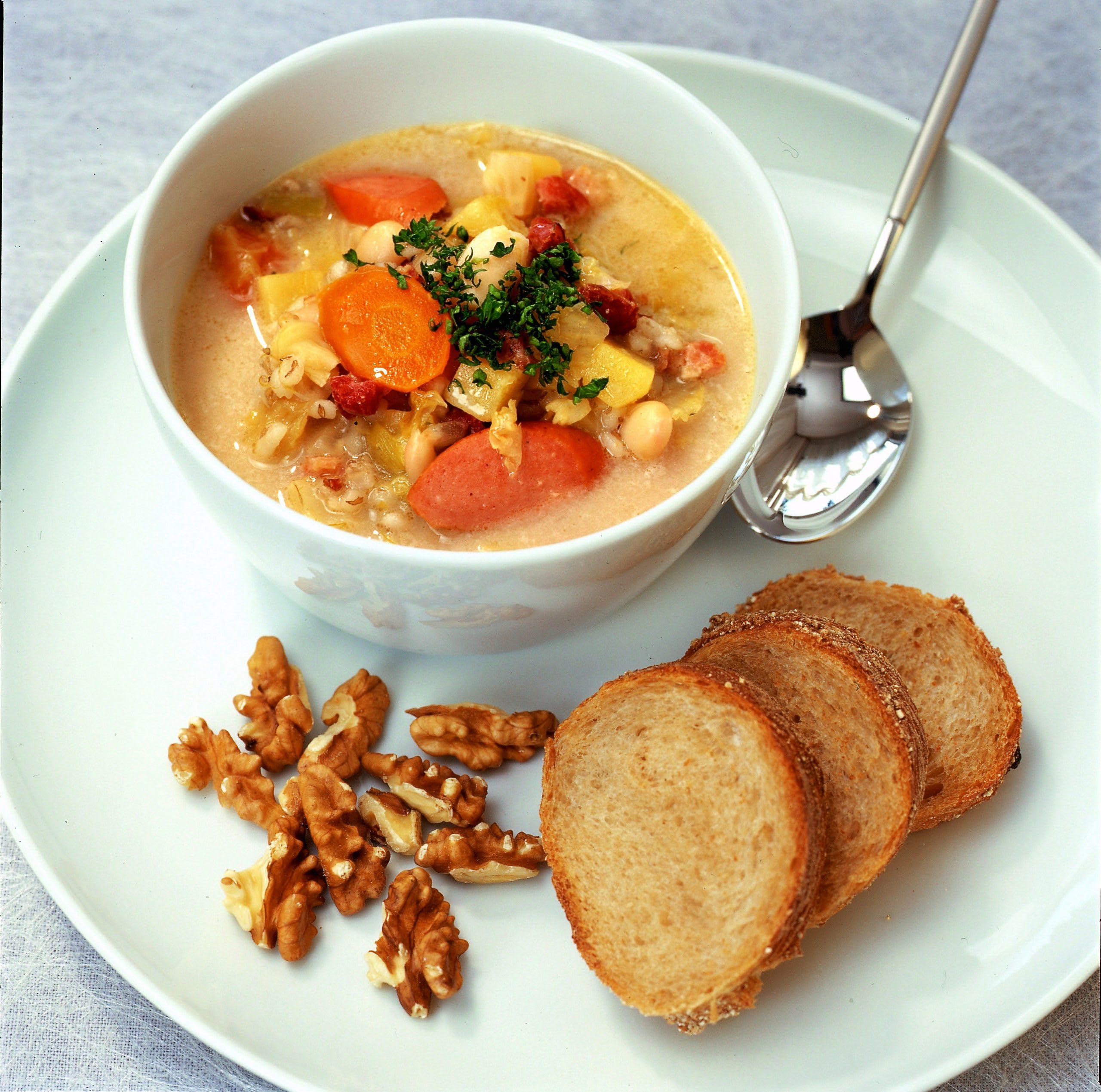 Soupe à l'orge, haricots, légumes et lardons