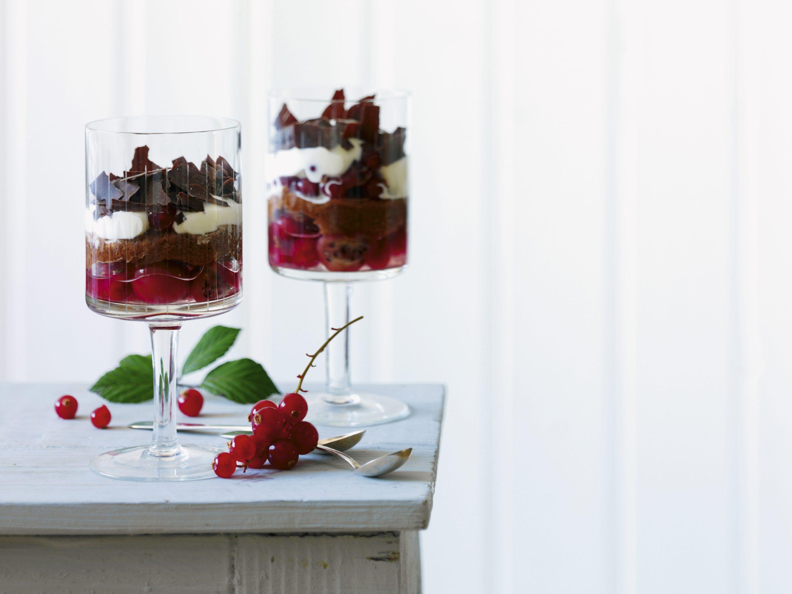 Geschichteter Beerenkuchen (im Glas)