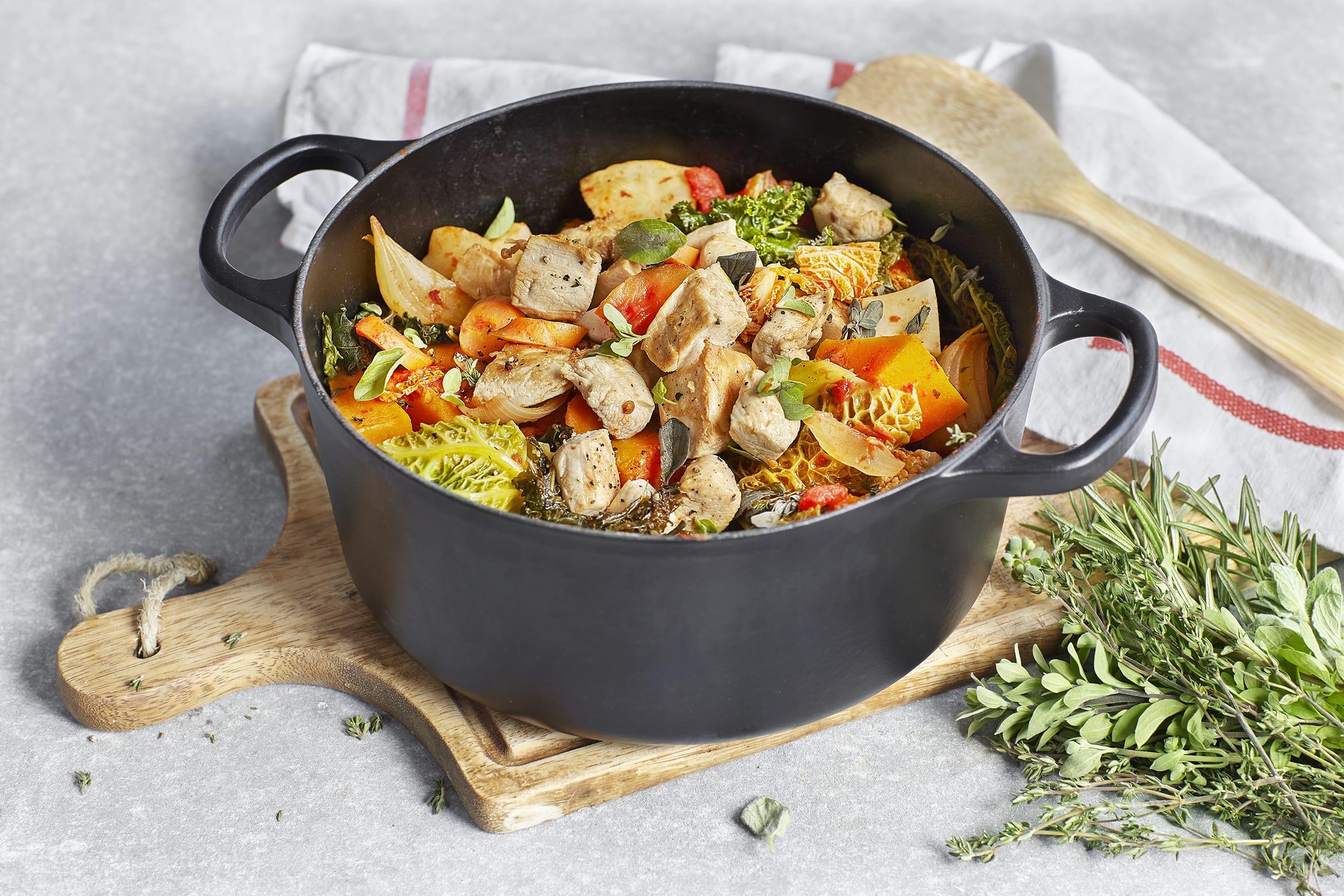 Légumes d'hiver braisés avec poulet et dip à la crème acidulée (low carb)