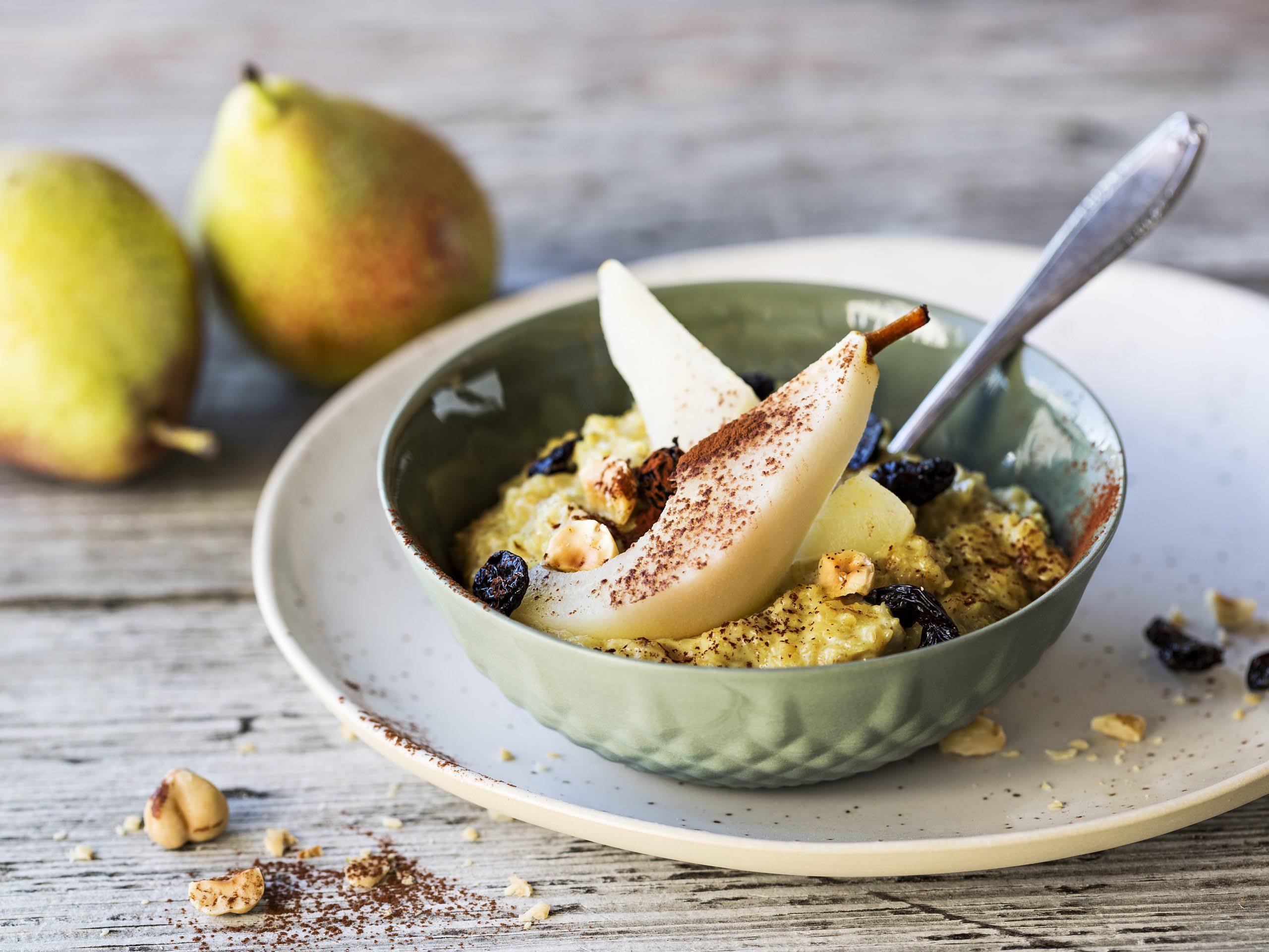 Gewürz-Porridge mit Birnenkompott