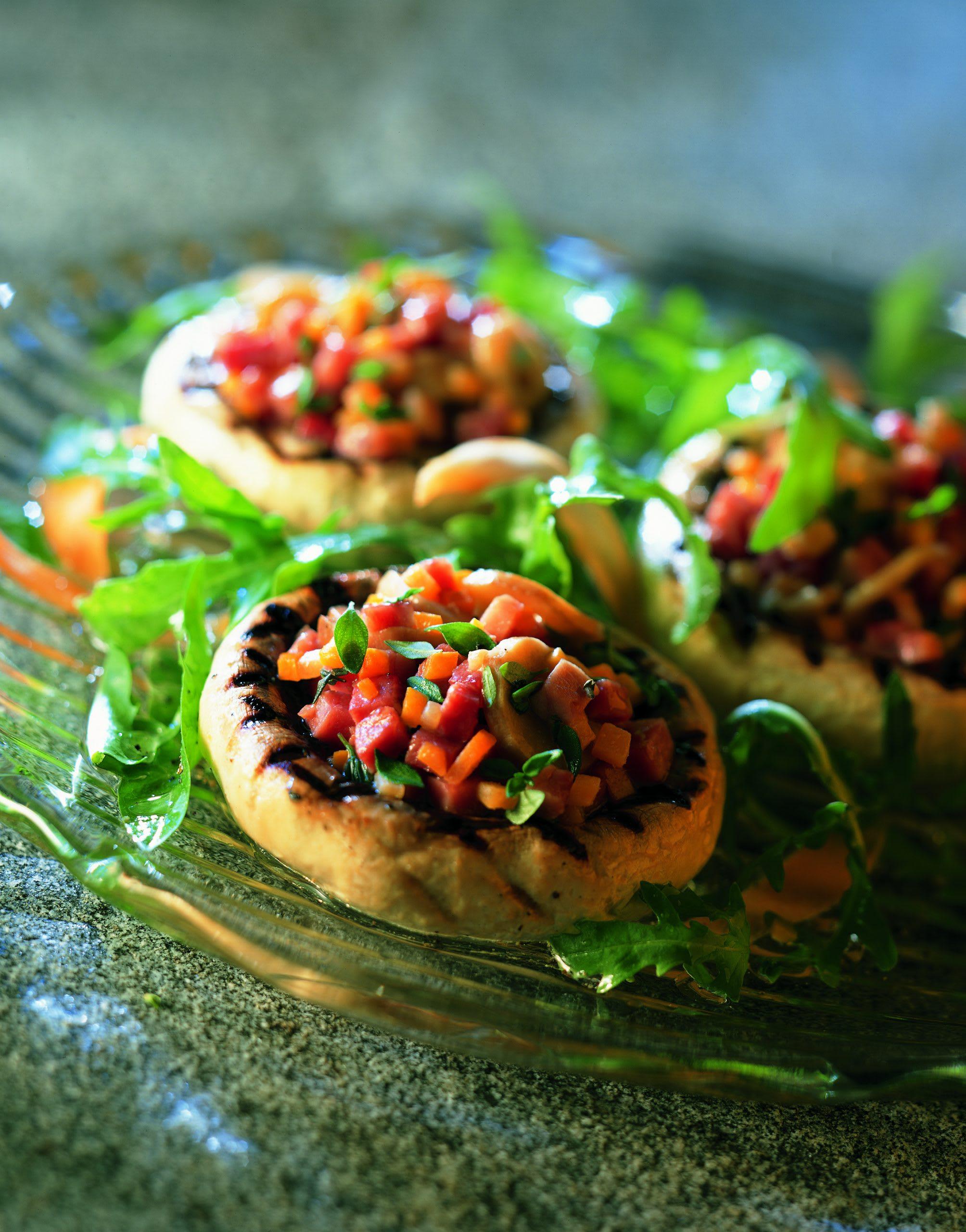 Grillierter Champignons-Salat auf Rucola und Löwenzahn