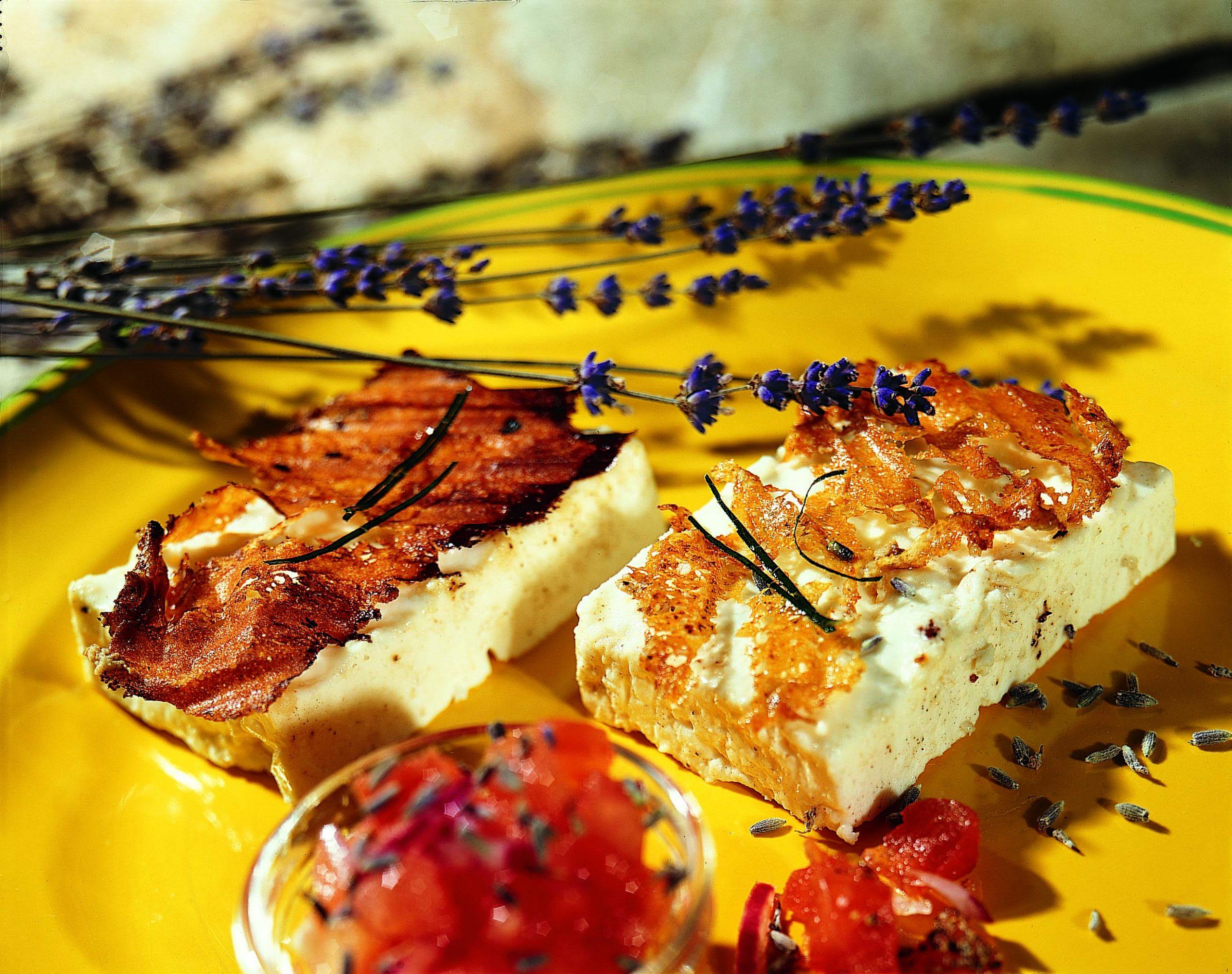 Grillierter Frischkäse mit Tomaten-Salsa